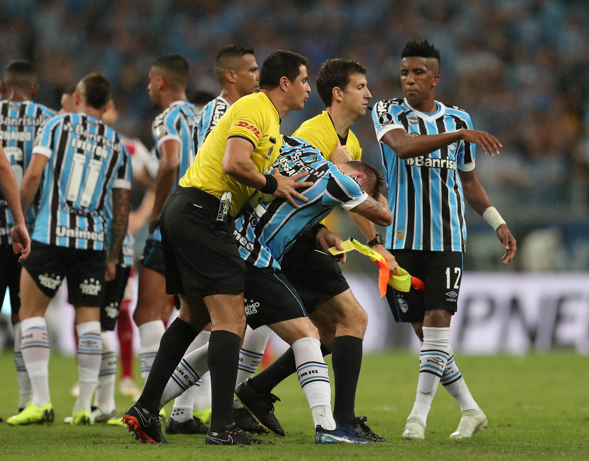 Los jugadores de Gremio de Porto Alegre le reclamaron al árbitro el cobro del penal que luego River convirtió para ganar el partido y clasificarse a la final, mediante el VAR(REUTERS)