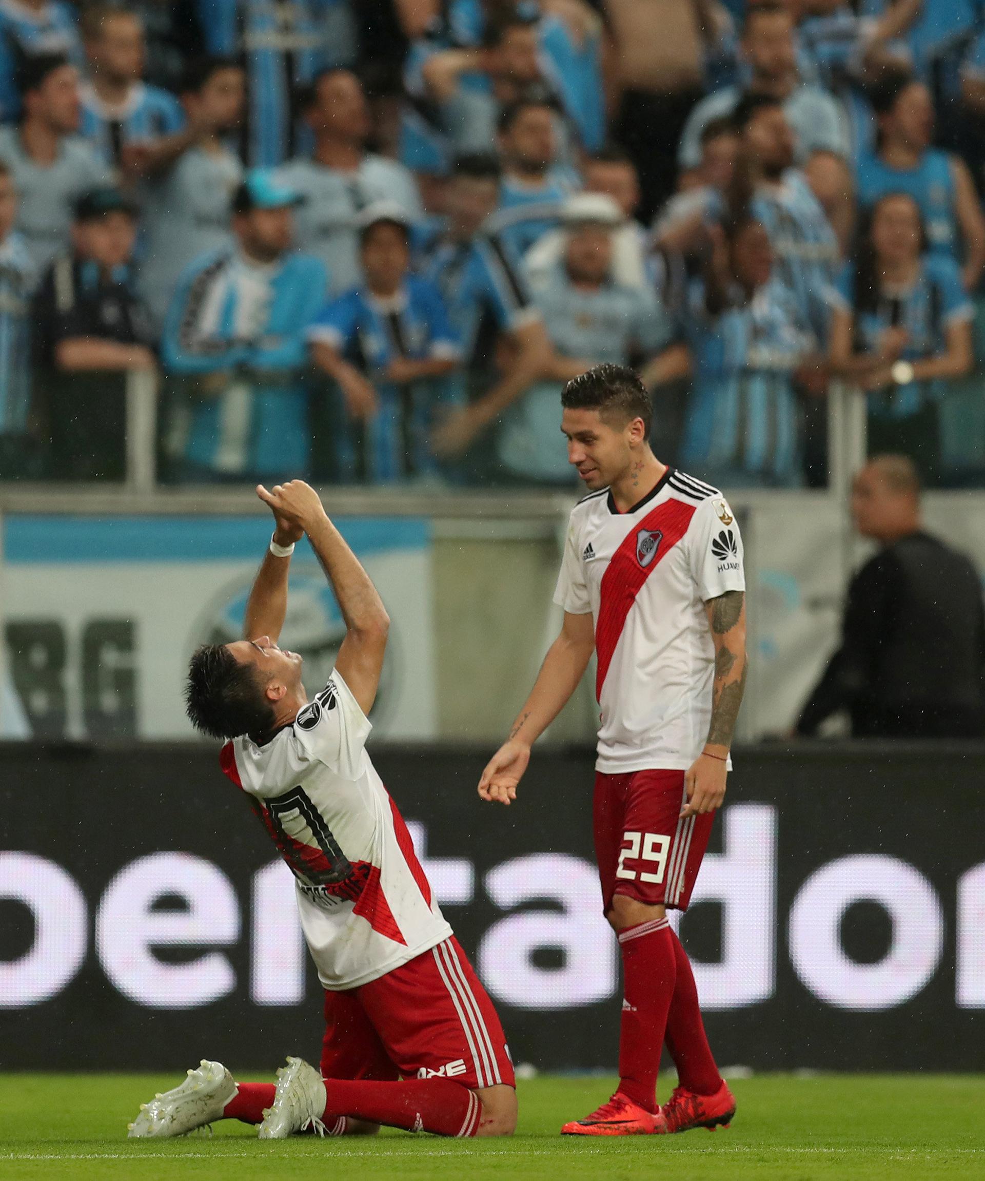 """Gesto al cielo de Gonzalo """"Pity"""" Martínezdurante la celebración de su gol(REUTERS)"""