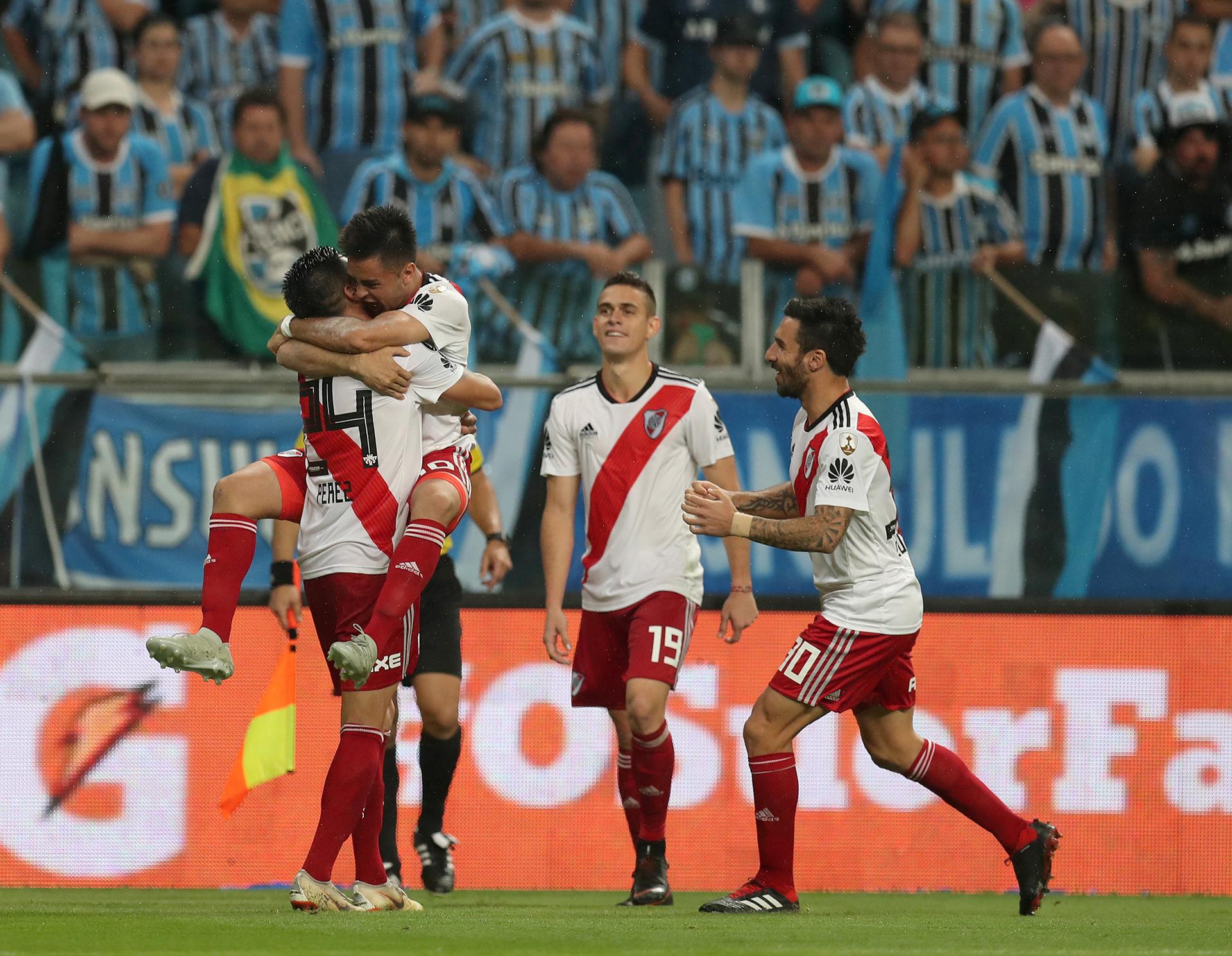 """Gonzalo """"Pity"""" Martínezse abraza con Enzo Pérez tras el 2-1 definitivo de River sobre Gremio (REUTERS)"""