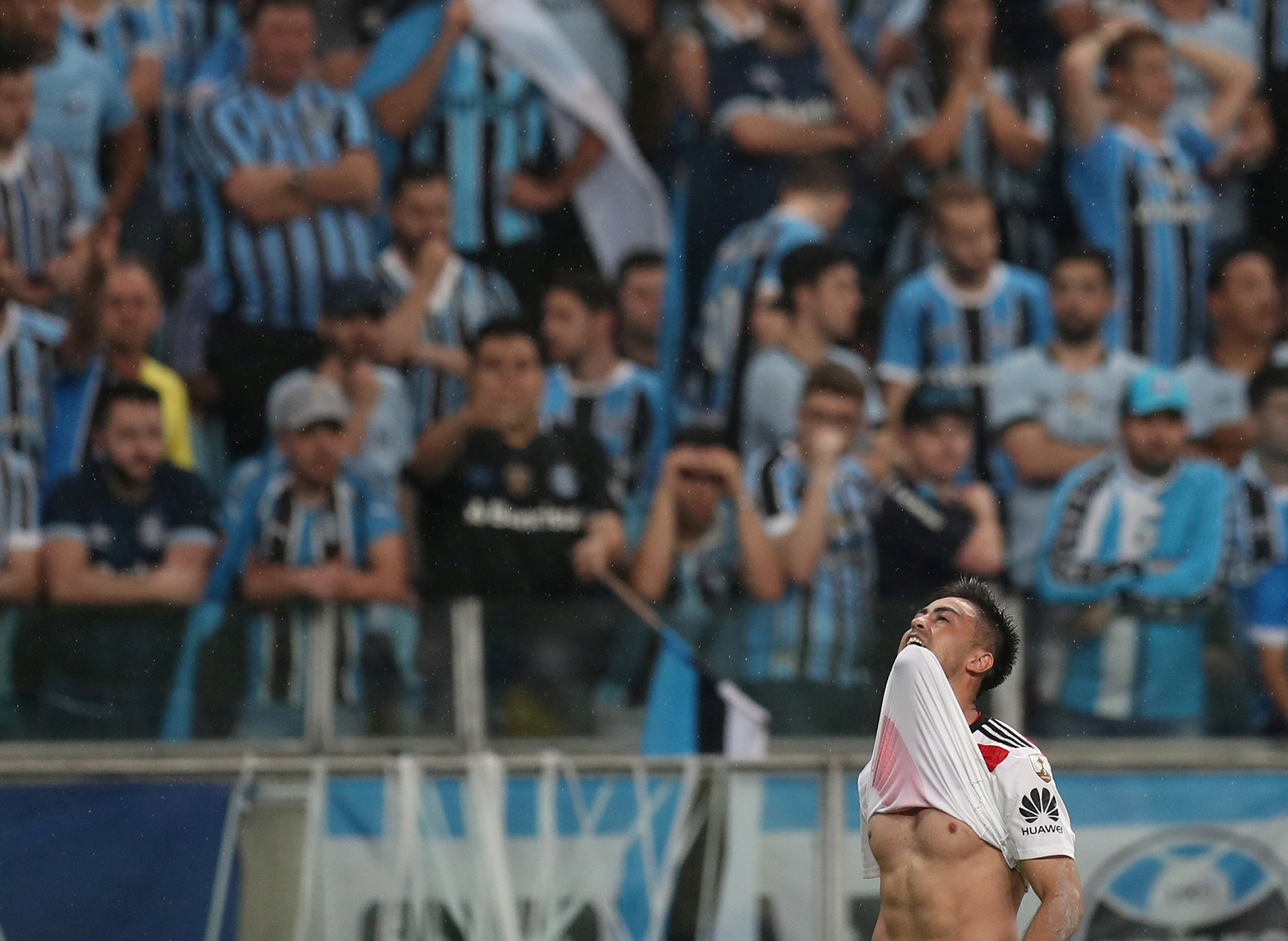Los hinchas de Gremio no pueden creer cómo se le escapó el partido al equipo mientras Gonzalo Martínez mira al cielo para celebrar su gol, el de la clasificación de River a la final de la Copa Libertadores de América(REUTERS)