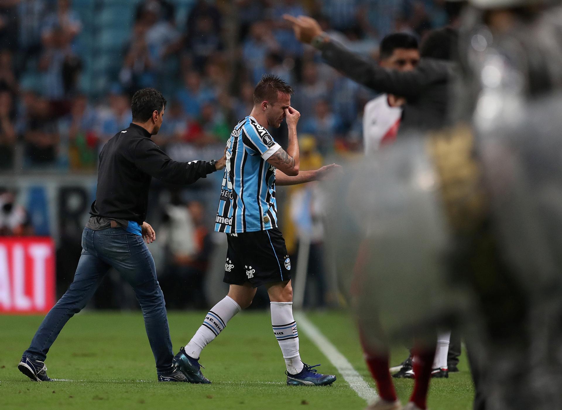 Bressan, jugador de Gremio, deja el campode juego entre lágrimas ante la eliminación de la Copa Libertadores de América(REUTERS)