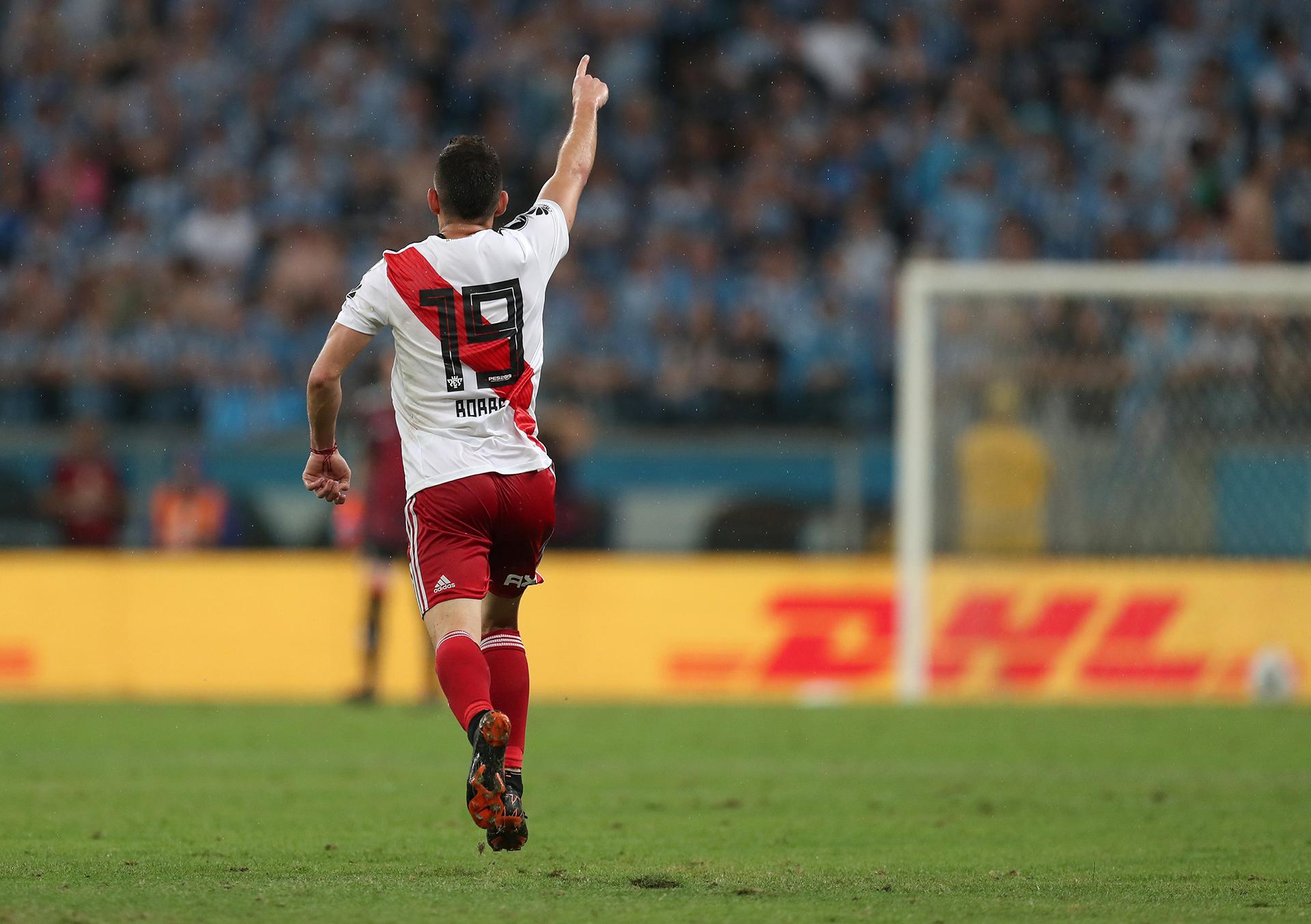 Rafael Santos Borré celebra su gol, el primero que silenció el Arena do Gremio (REUTERS)