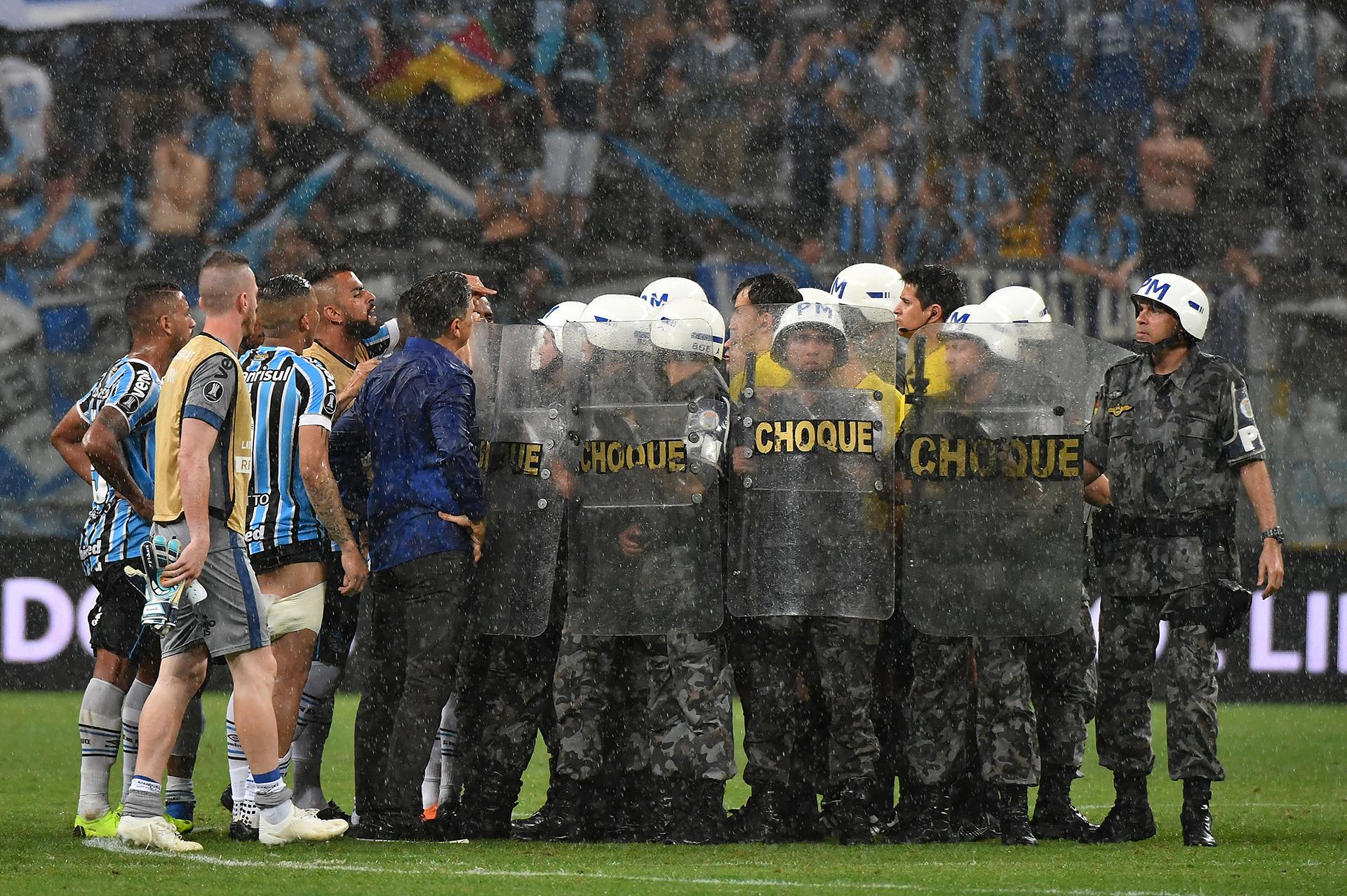 Los jugadores de Gremio de Porto Alegre rodean al árbitro Andres Cunhaal finalizar el partido ante River de semifinal de la Copa Libertadores(AFP)