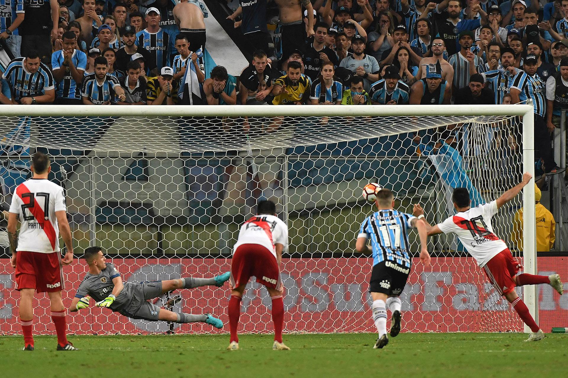"""El momento de la ejecución del penal de """"Pity"""" Martínez. La pelota besaría la red River se clasificaría a la final (AFP)"""