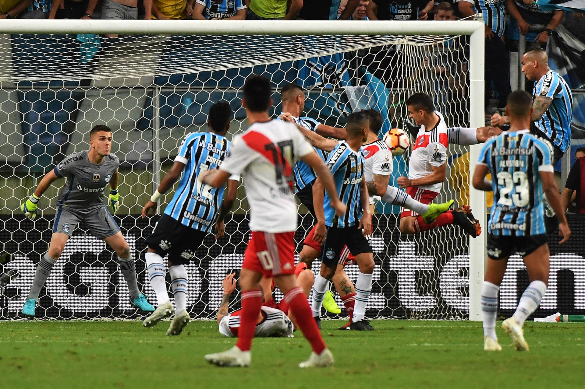 El momento previo al impacto de Rafael Santos Borré que determinó el empate de River ante Gremio en Porto Alegre(AFP)
