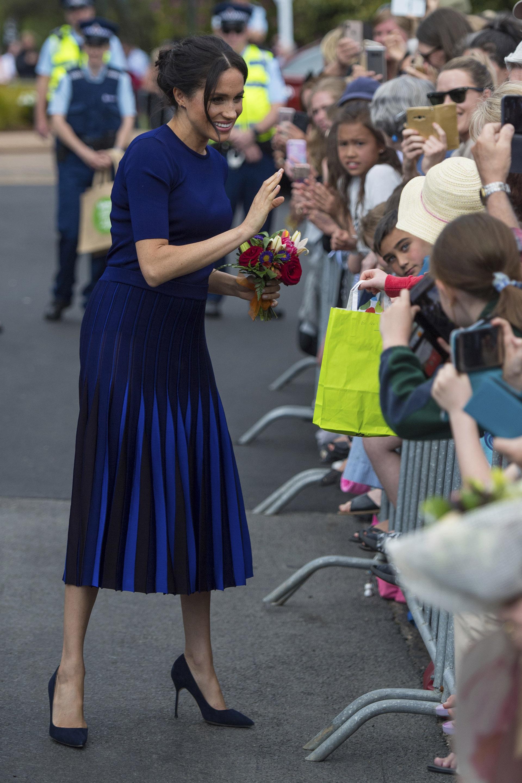 El combo de falda y suéter azul cobalto de Givenchy causó furor en las redes sociales, ya que ciertas fotos hacían que la tela se vea bastante transparente (AP Images)