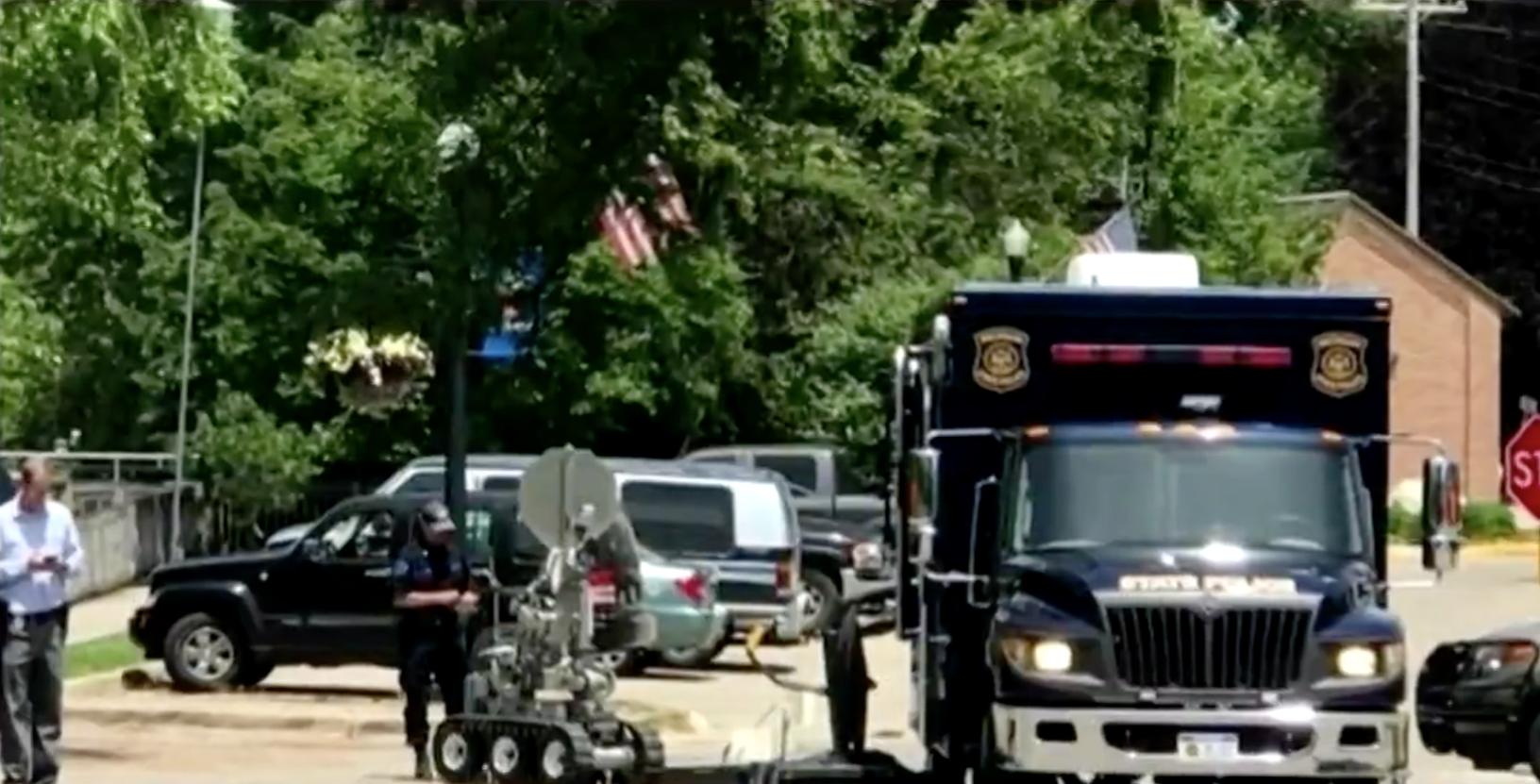 La policía de Plainwell, en Michigan, usó un robot para examinar la mochila usada por Donnelly en el robo al banco, pero en vez de bomba sólo había ropa vieja