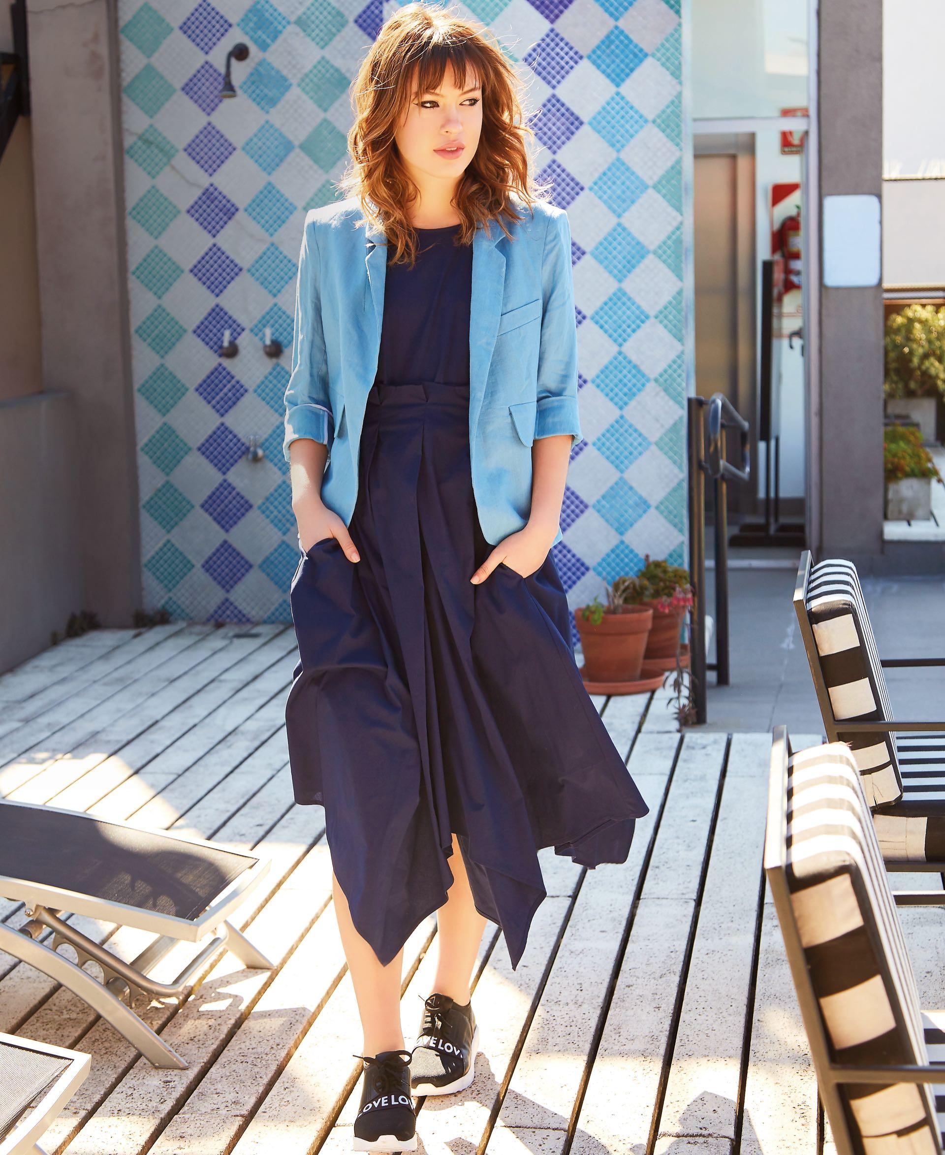 Vestido de gabardina con tablones y bolsillos en la falda (FP), blazer de lino ($ 5.200, Clara Ibarguren) y zapatillas sin cordones ($ 2.490, Viamo).