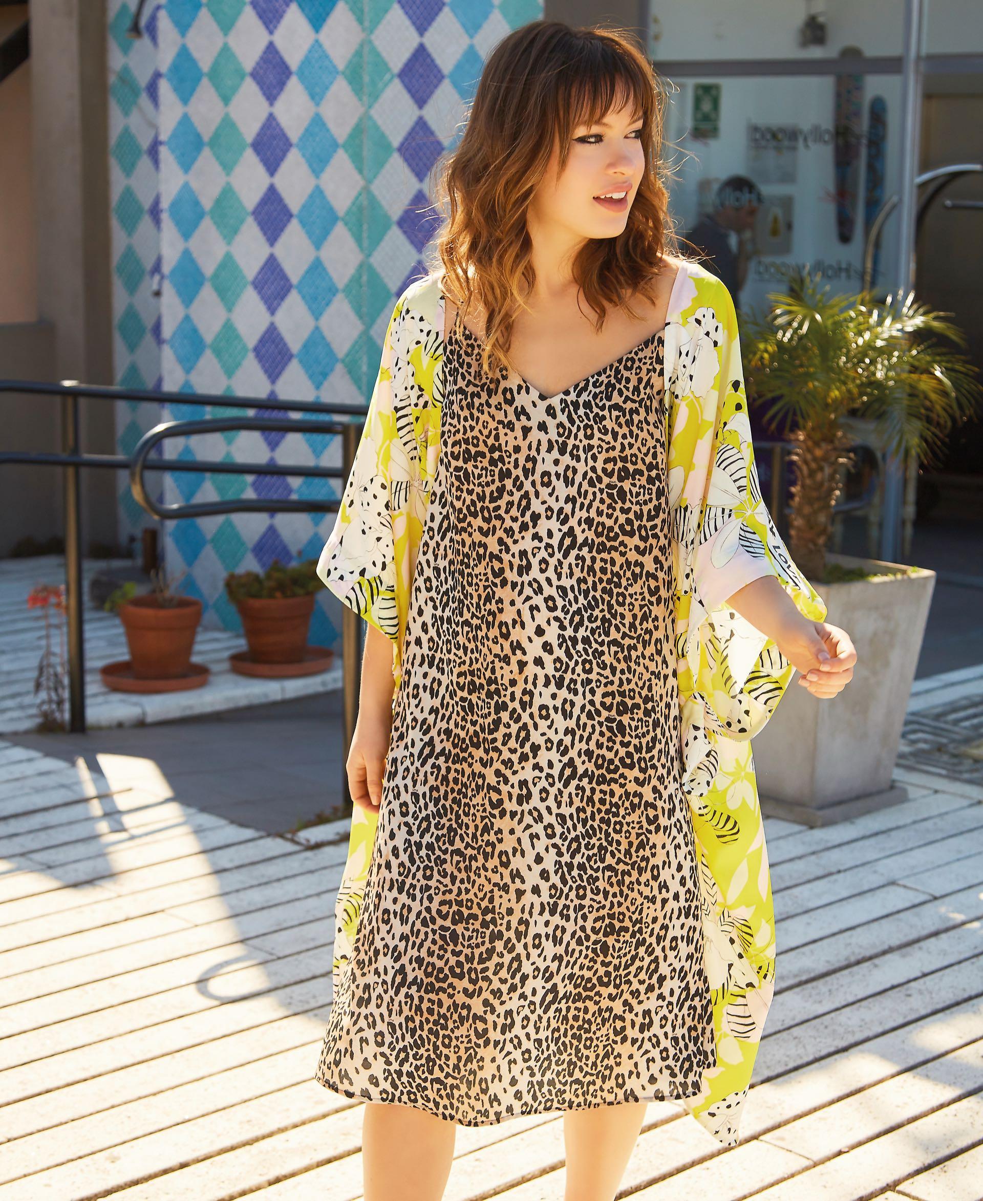 Vestido animal print (Uma) y kimono largo estampado ($ 4.800, Kosiuko).