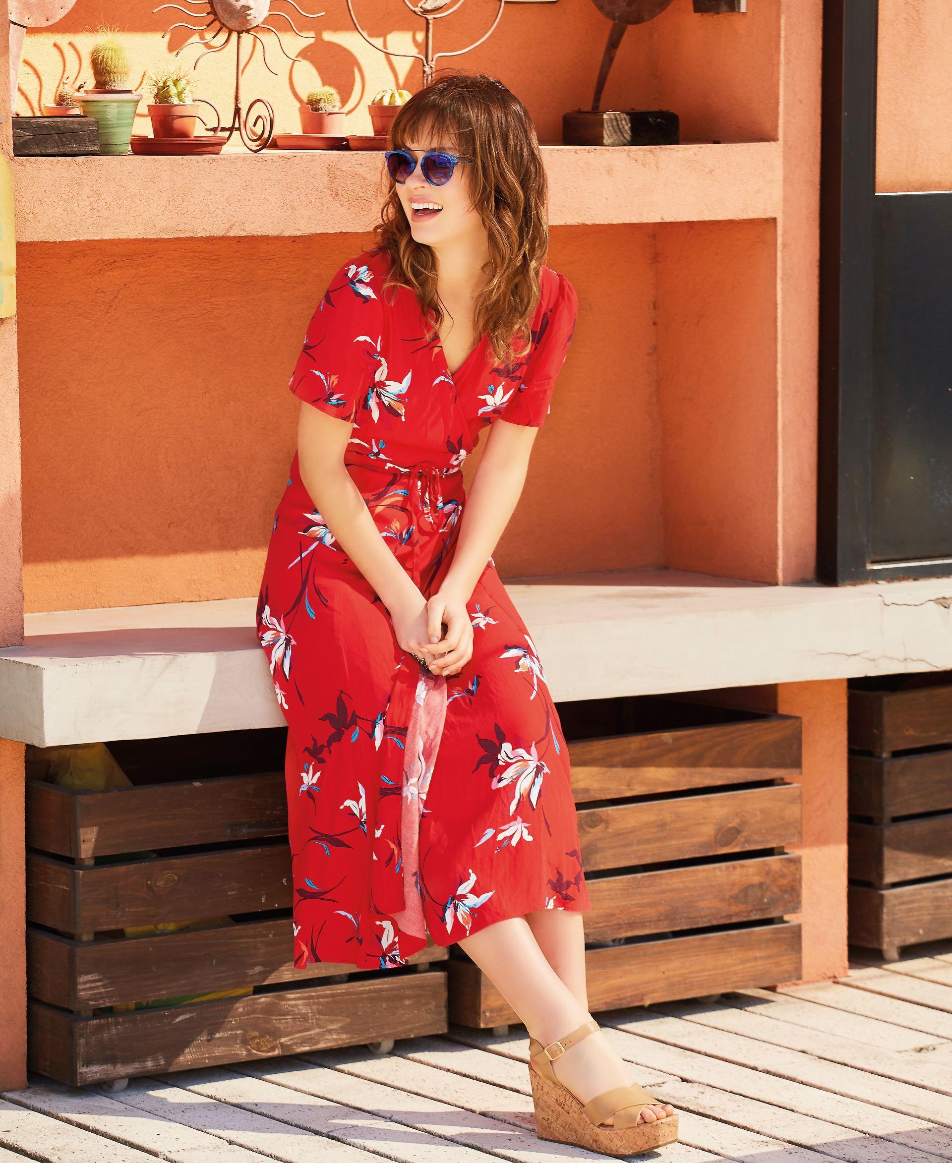 Vestido estampado cache-coeur ($ 5.900, Vitamina), sandalias con plataforma de corcho ($ 2.490, Viamo) y anteojos de sol (Ranieri para Wanama).