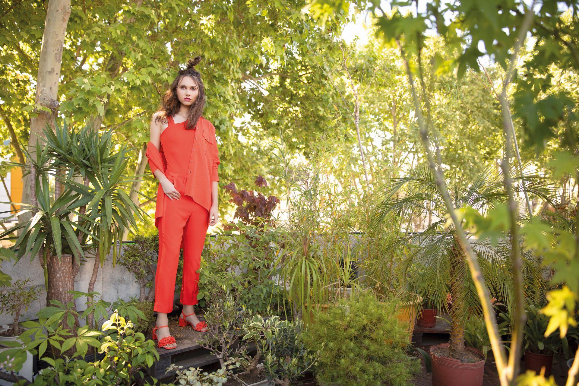Camisa de lino y body de Lycra ($ 3.980 y $ 2.134, Mishka), pantalón sastrero con recorte lateral ($ 2.698, Ayres) y sandalias de gamuza ($ 5.900, Saverio Di Ricci).