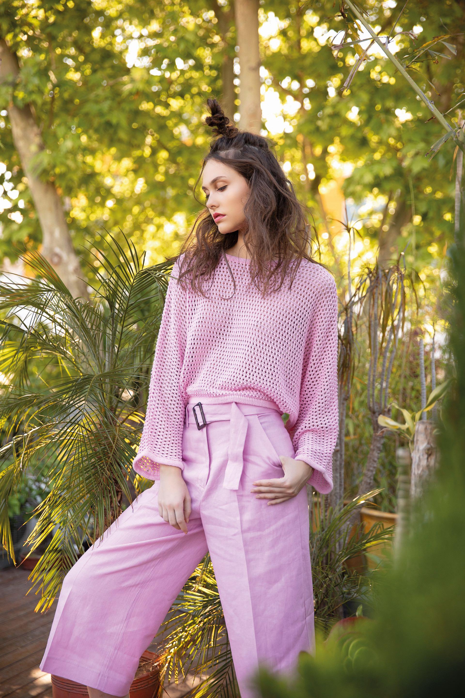 Suéter calado ($ 2.687, Melocotón) y pantalón ancho de lino ($ 3.990, Las Pepas).