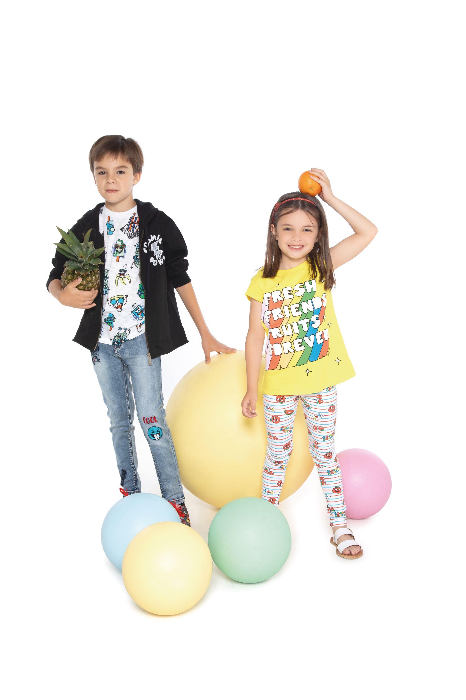 Pedro: buzo canguro ($ 1.759), remera con estampa ($ 549), jean con parches ($ 1.979) y zapatillas con estampa($ 1.099). Cata: remera con estampa y brillos ($ 549), leggings con frutas ($ 599), vincha ($ 219) y sandalias($ 1.099).