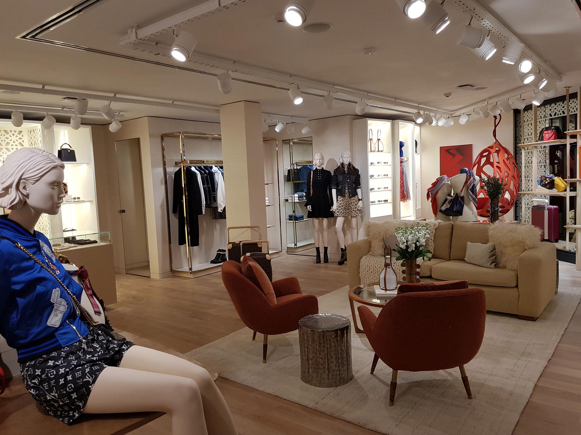 Imagen de la tienda que abrió en Patio Bullrich inspirada en la tienda de Tokio con mobiliario de impronta nacional