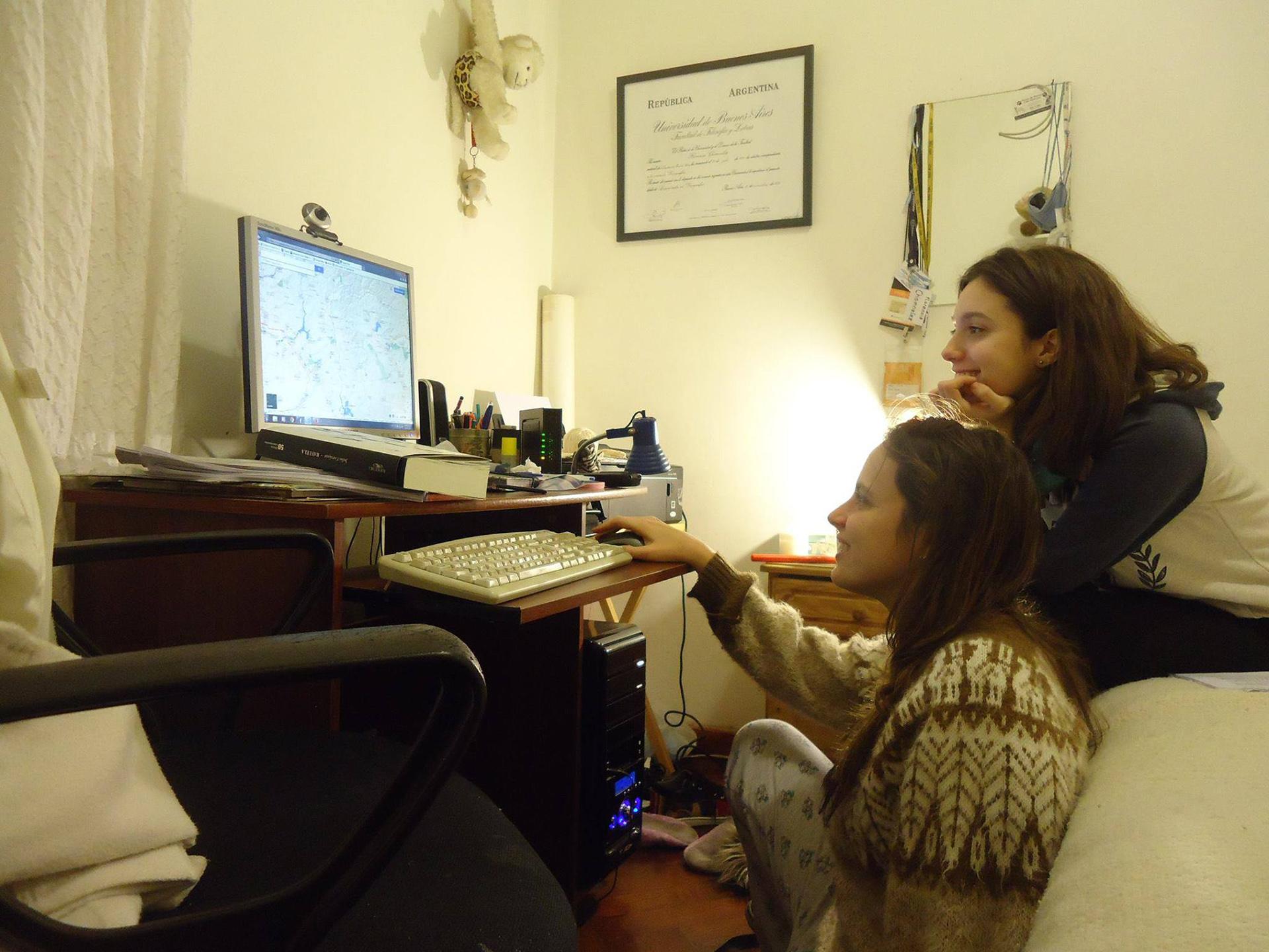 Florencia y Lola Chomnalez