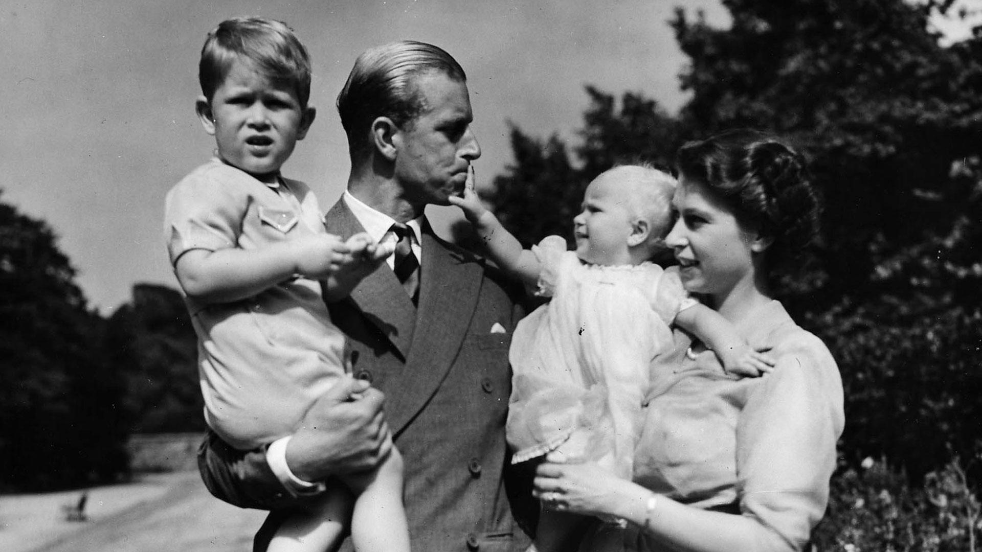 Agosto de 1951. La princesa Elizabeth y el príncipe Philip posan junto a sus hijos Carlos y Ana (AP) )
