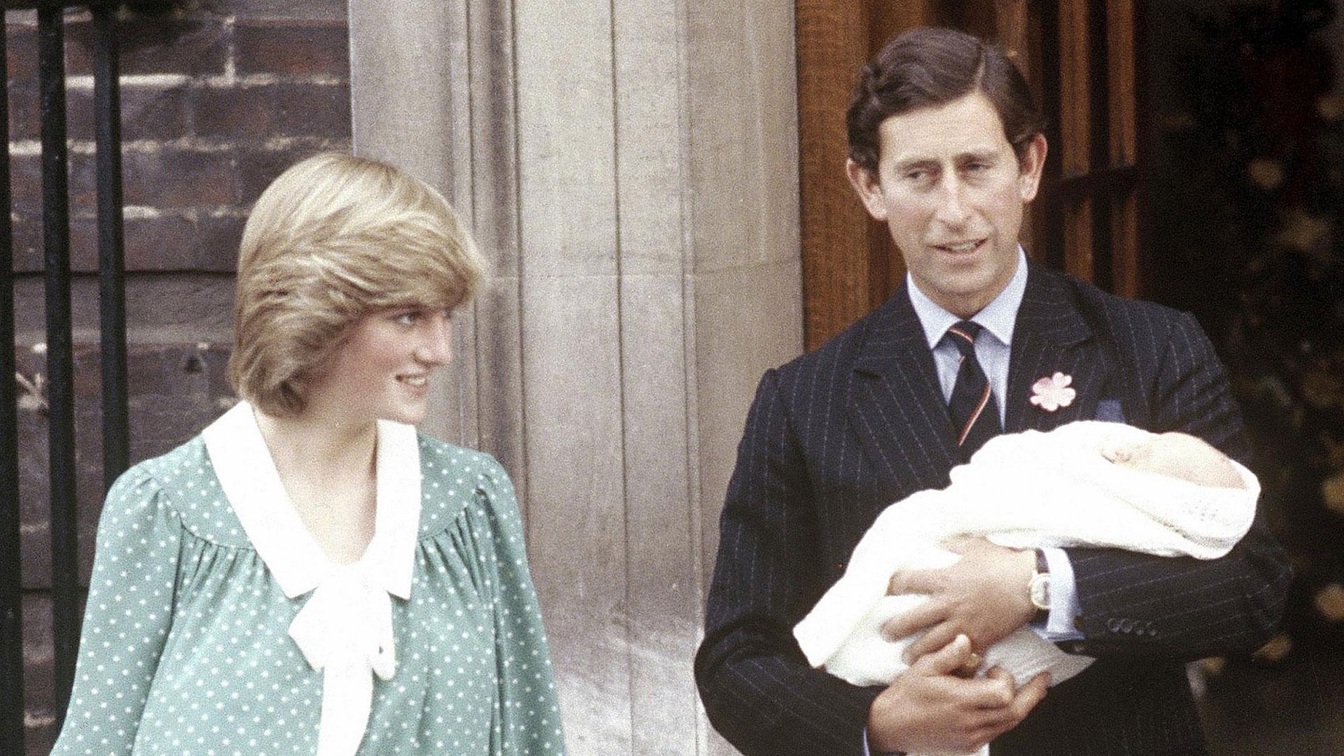 Carlos y Diana, junto al recién nacido príncipe William, el 22 de junio de 1982