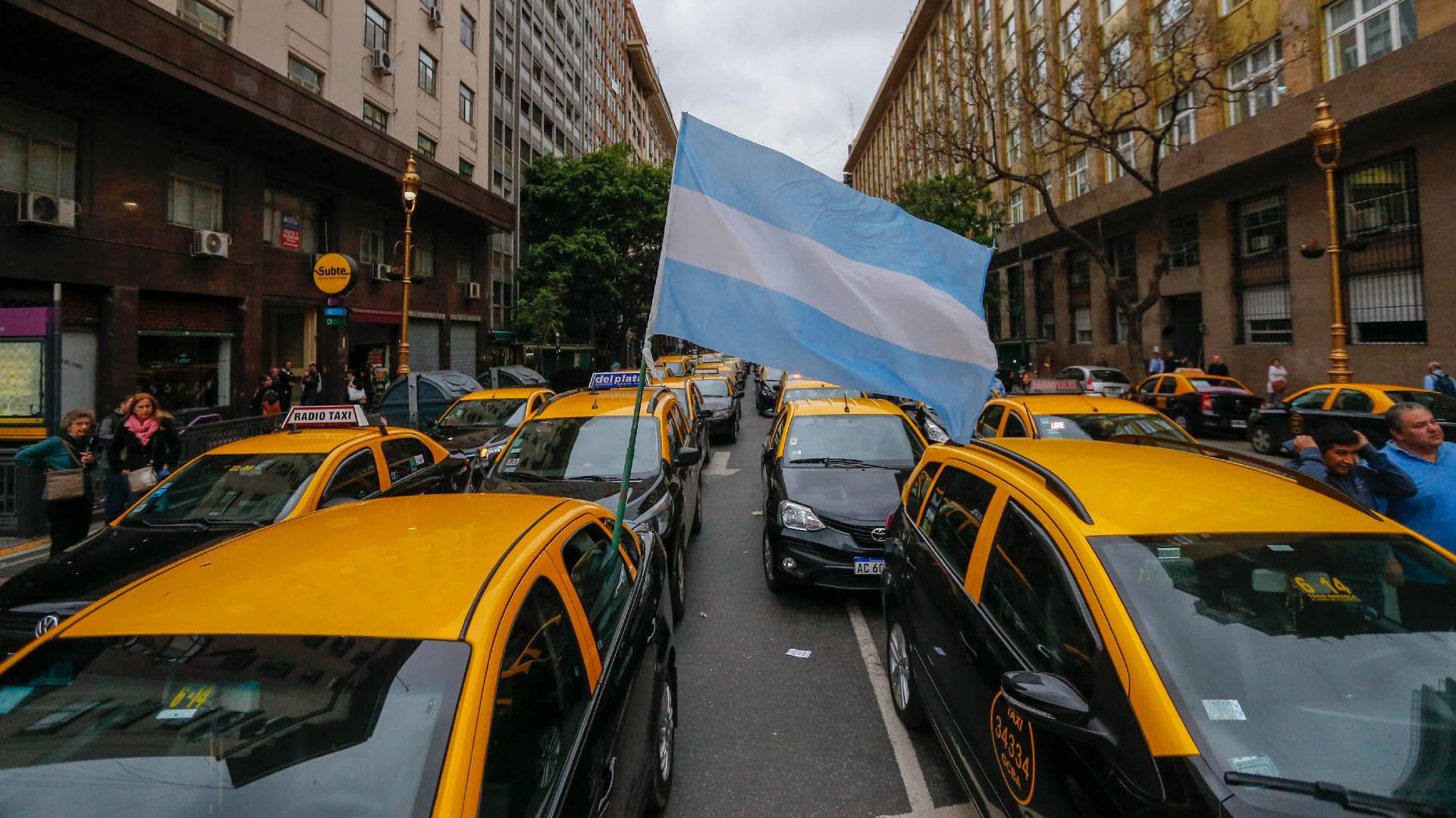 Este jueves los taxistas protestaron frente a la Legislatura porteña (Nicolás Aboaf)