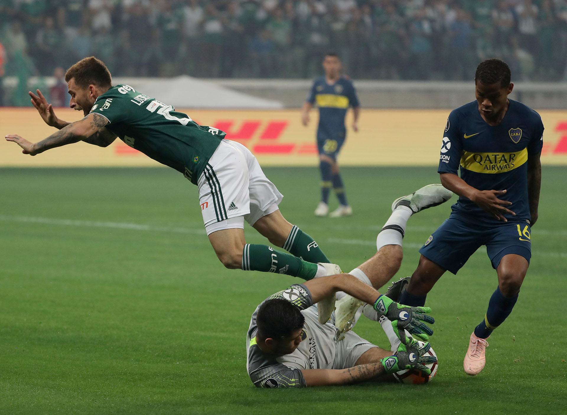 Agustín Rossi retiene con firmeza, mientras Barrios lo asiste