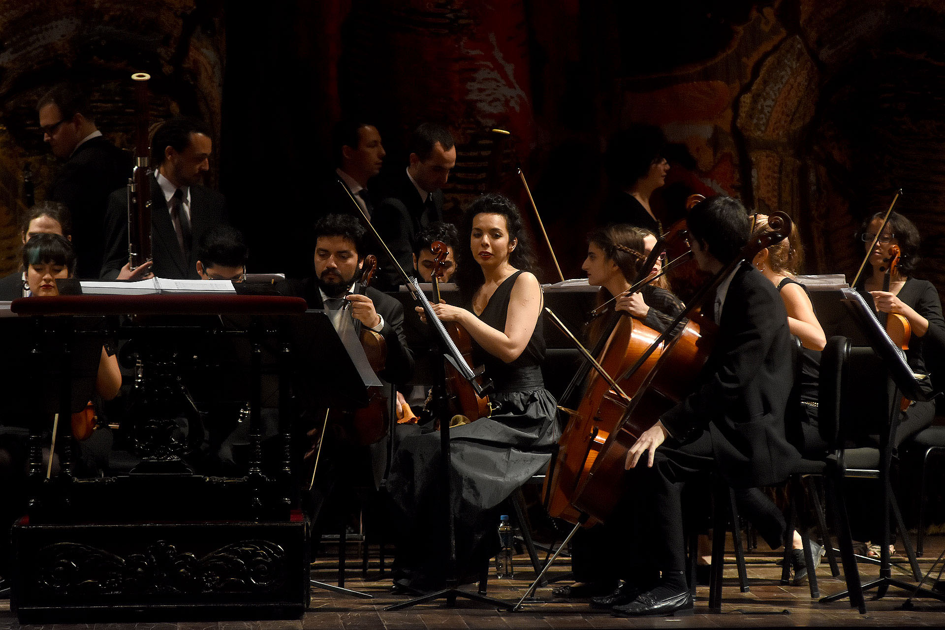 Los músicos sobre el gran escenario del Teatro Colón