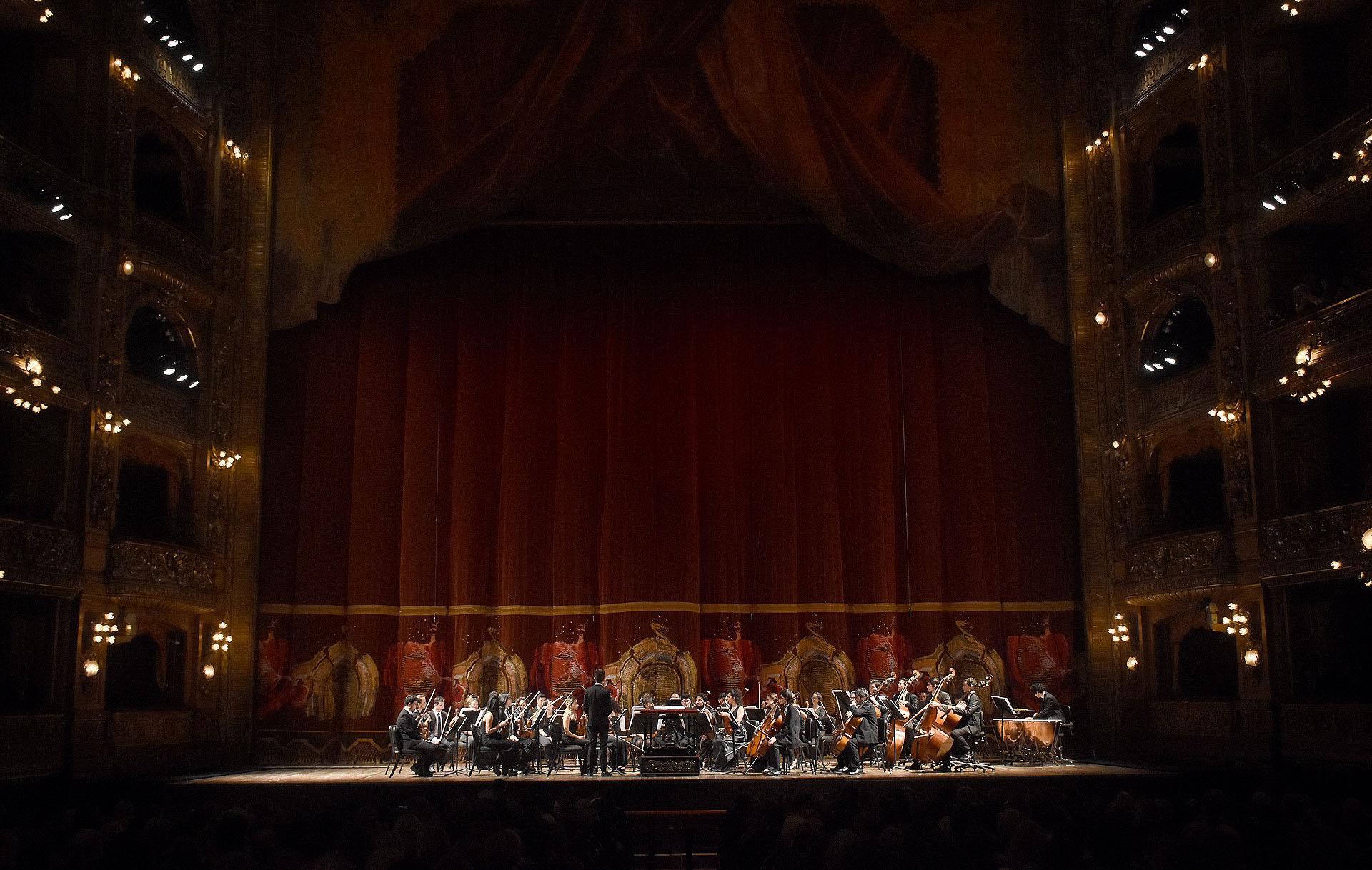 En el marco del 75° Aniversario de ALPI, la gala lírica de este año presentó escenas de óperas de Mozart con solistas de canto, acompañados por la Orquesta Académica del Instituto Superior de Arte del teatro, bajo la dirección de Ezequiel Silberstein