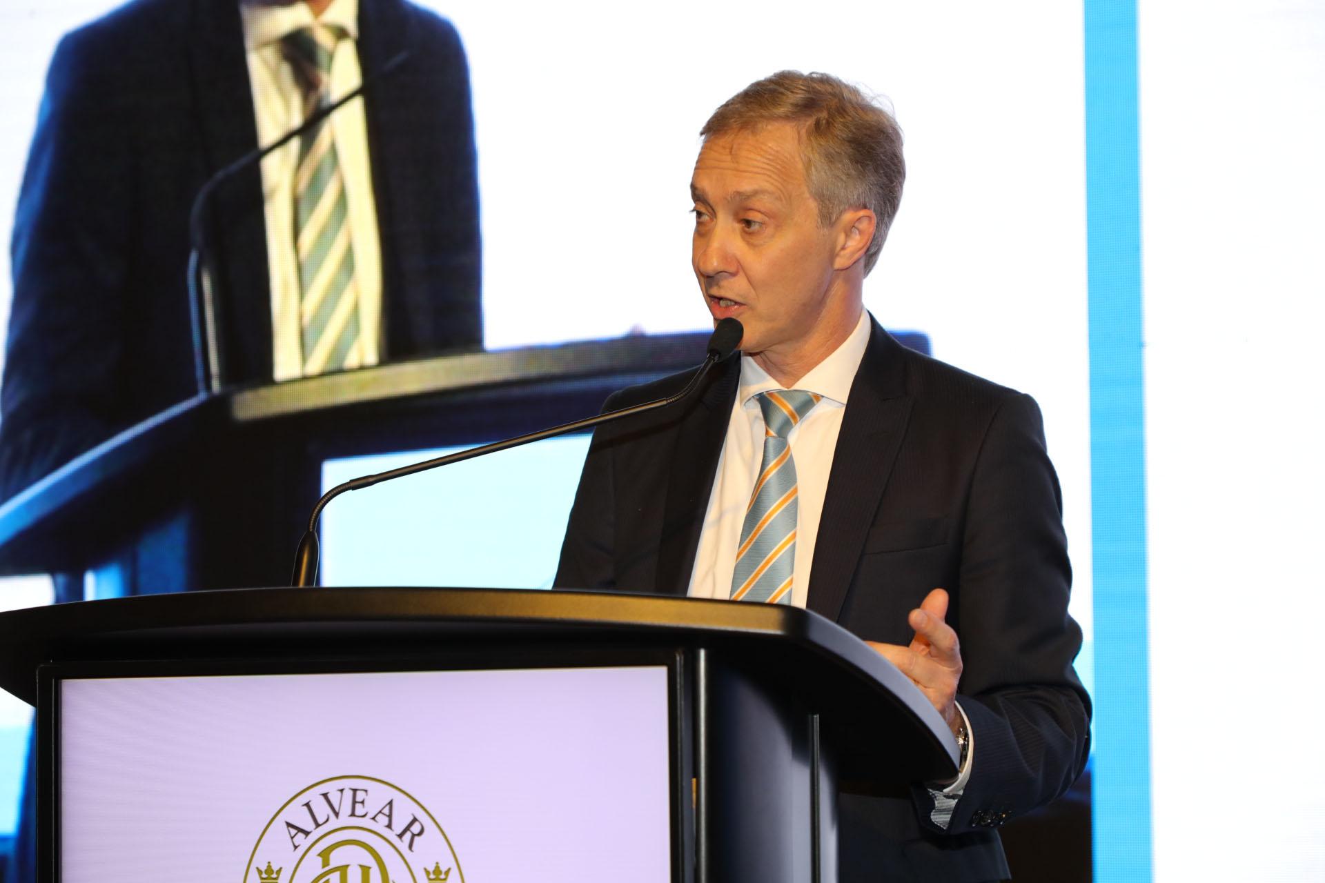 El agregado comercial de la embajada de Suiza, Alejandro Lentz, estuvo a cargo de la conducción de la gala