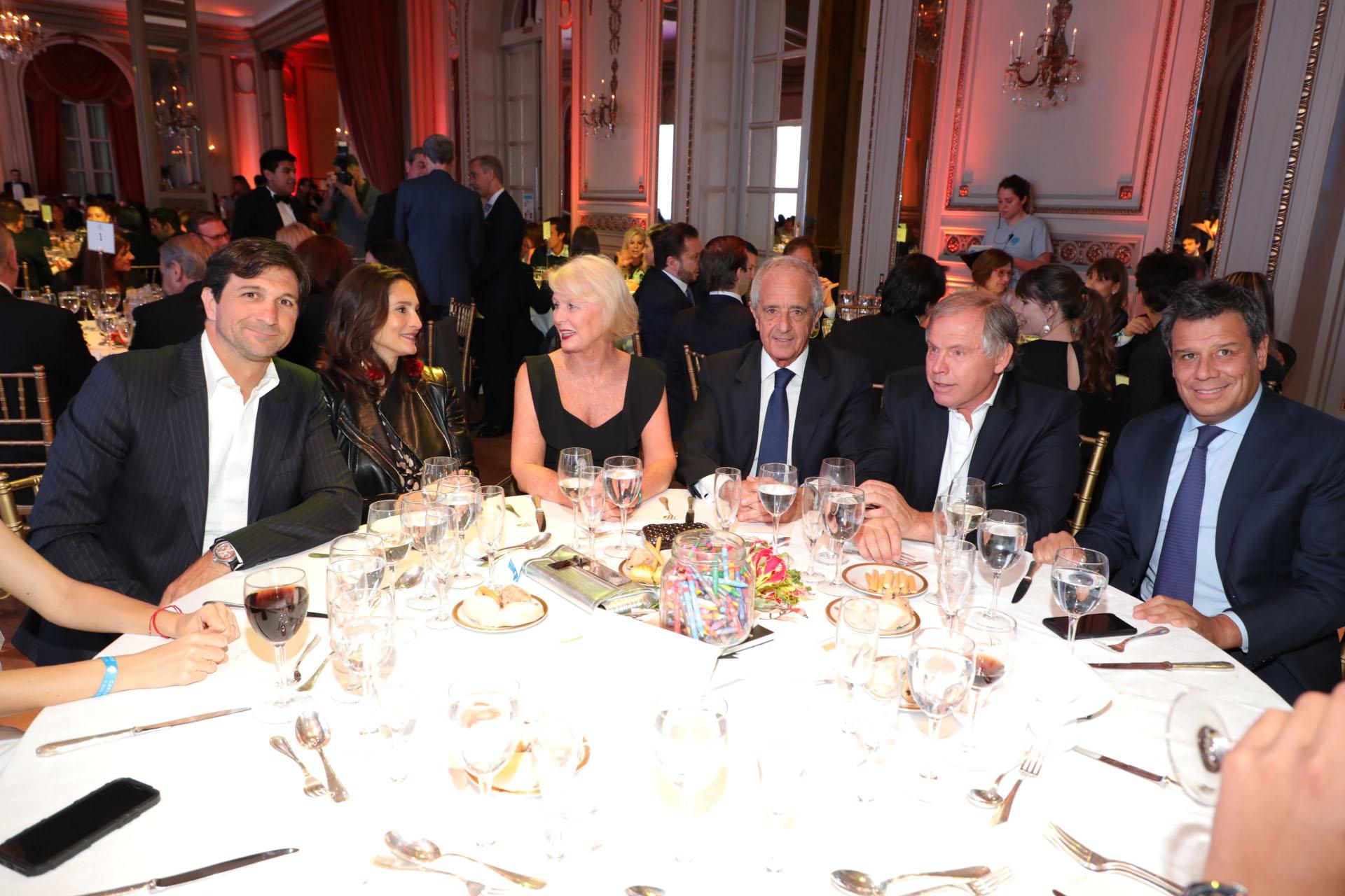 El presidente de la Asociación Argentina de Polo, Eduardo Novillo Astrada, y su mujer; Patricia y Rodolfo D'Onofrio; Gerardo Werthein y Facundo Manes en la mesa principal