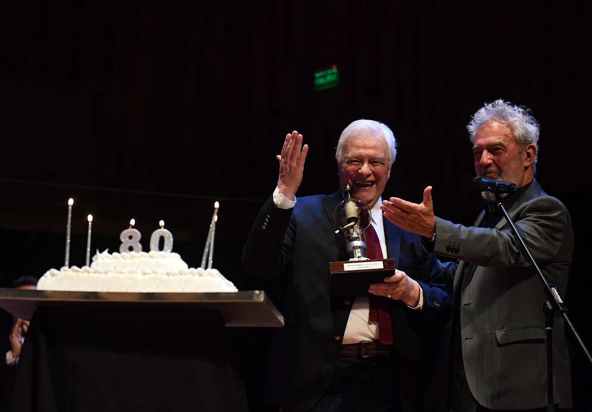 Acompañado por Lalo Mir, el conductor recibió un premio