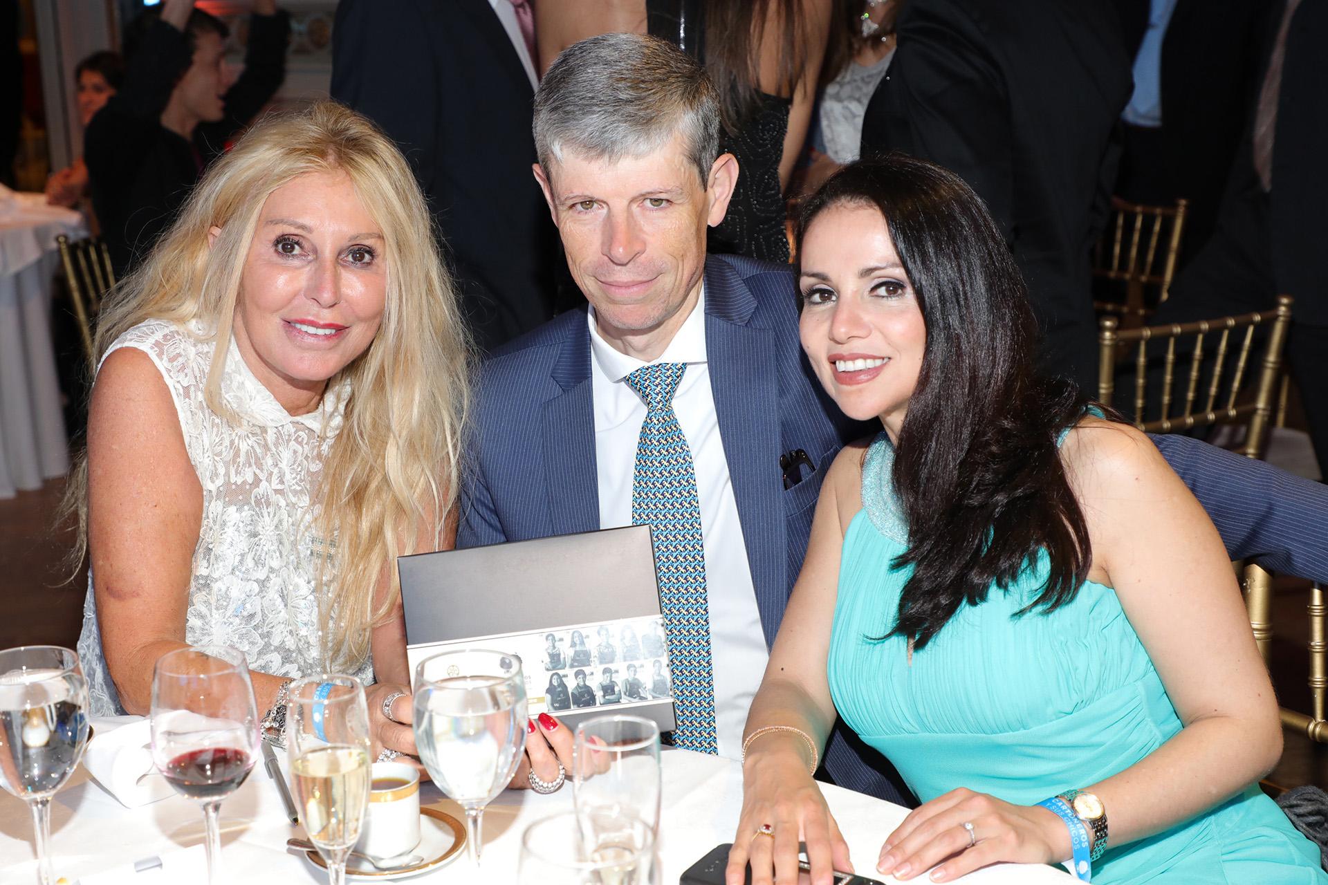 Renata Jacobs junto al embajador de Suiza en la Argentina,Heinrich Schellenberg, y su mujer Grisel SandovalSchellenberg