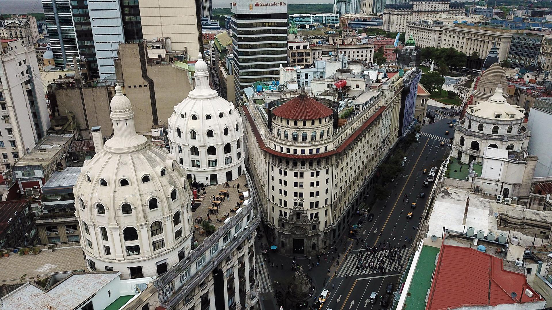 Detrás de las dos cúpulas hermanas, se vislumbra la del ex Banco de Boston, inaugurado en 1924 Hoy el edificio pertenece al banco chino ICBC(Lihue Althabe)