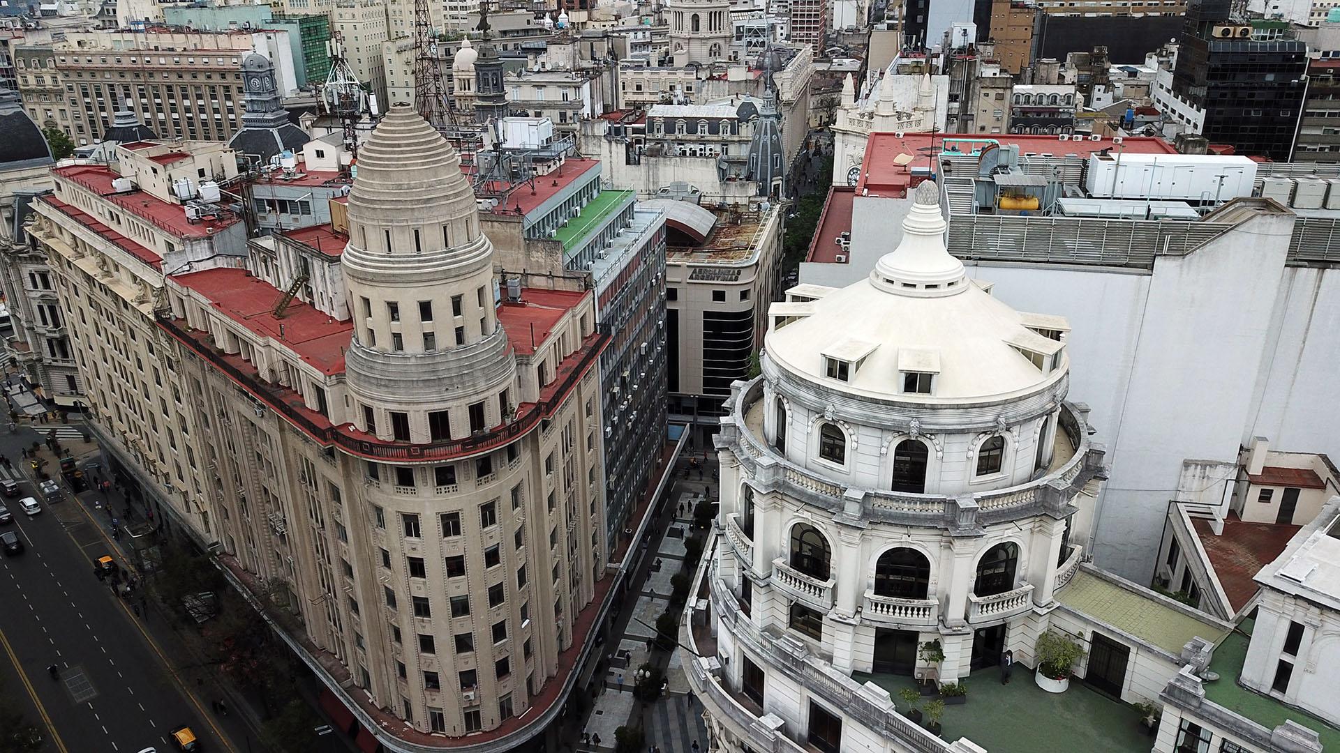 En segundo plano la cúpula del edificio inaugurado en 1929 como casa matriz de dicha compañía de seguros. Actualmente, es la sede del Ministerio de Ambiente y Espacio Público