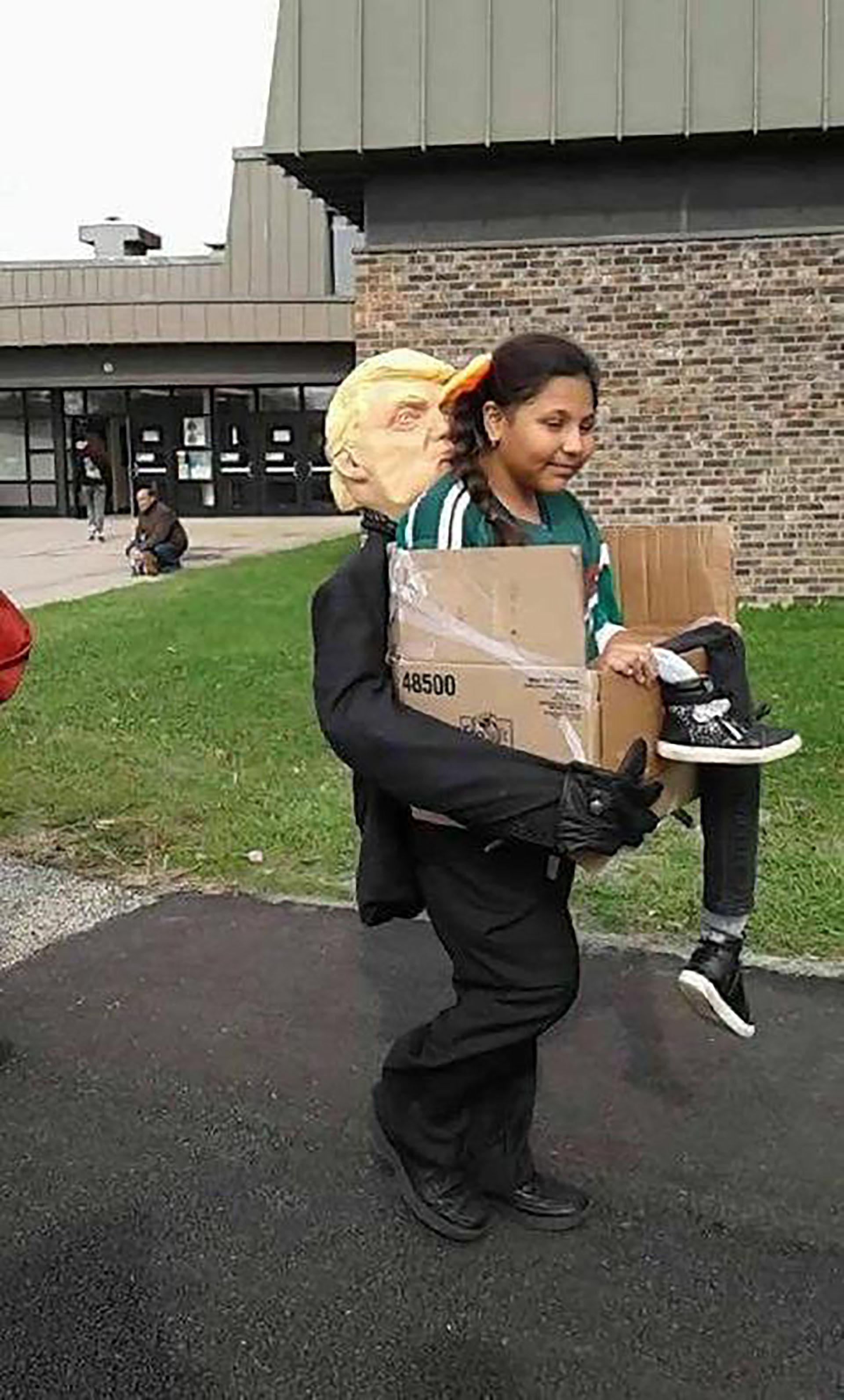 """""""¡Te envío de regreso!"""", escribió grimlock25, en referencia a la retórica antimigratoria de Donald Trump y la foto de una joven con la camiseta de la selección de México"""