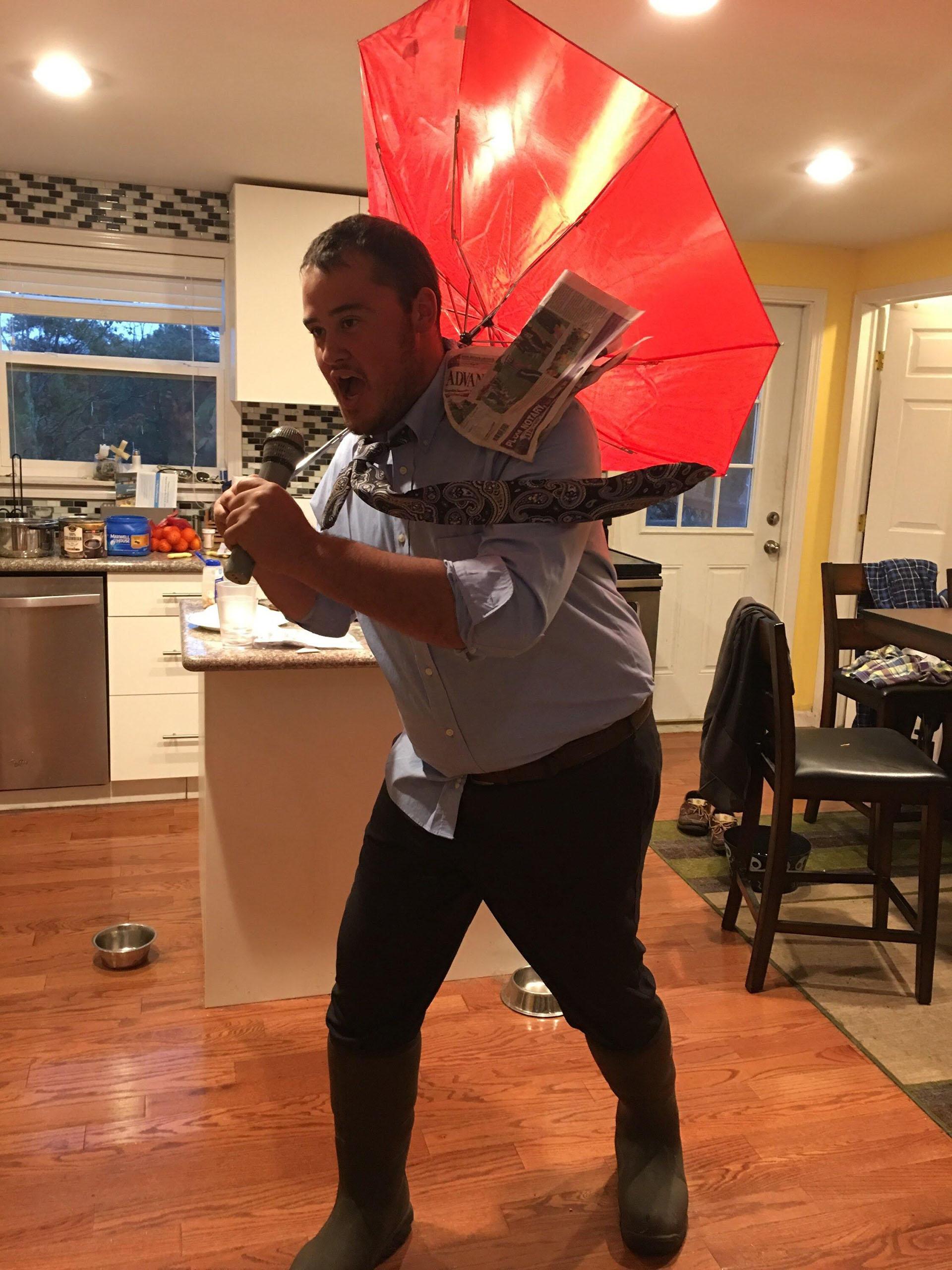 La cobertura de la prensa en la temporada de huracanes se suele viralizar y ya llegó a Halloween, en versión de dgdan12