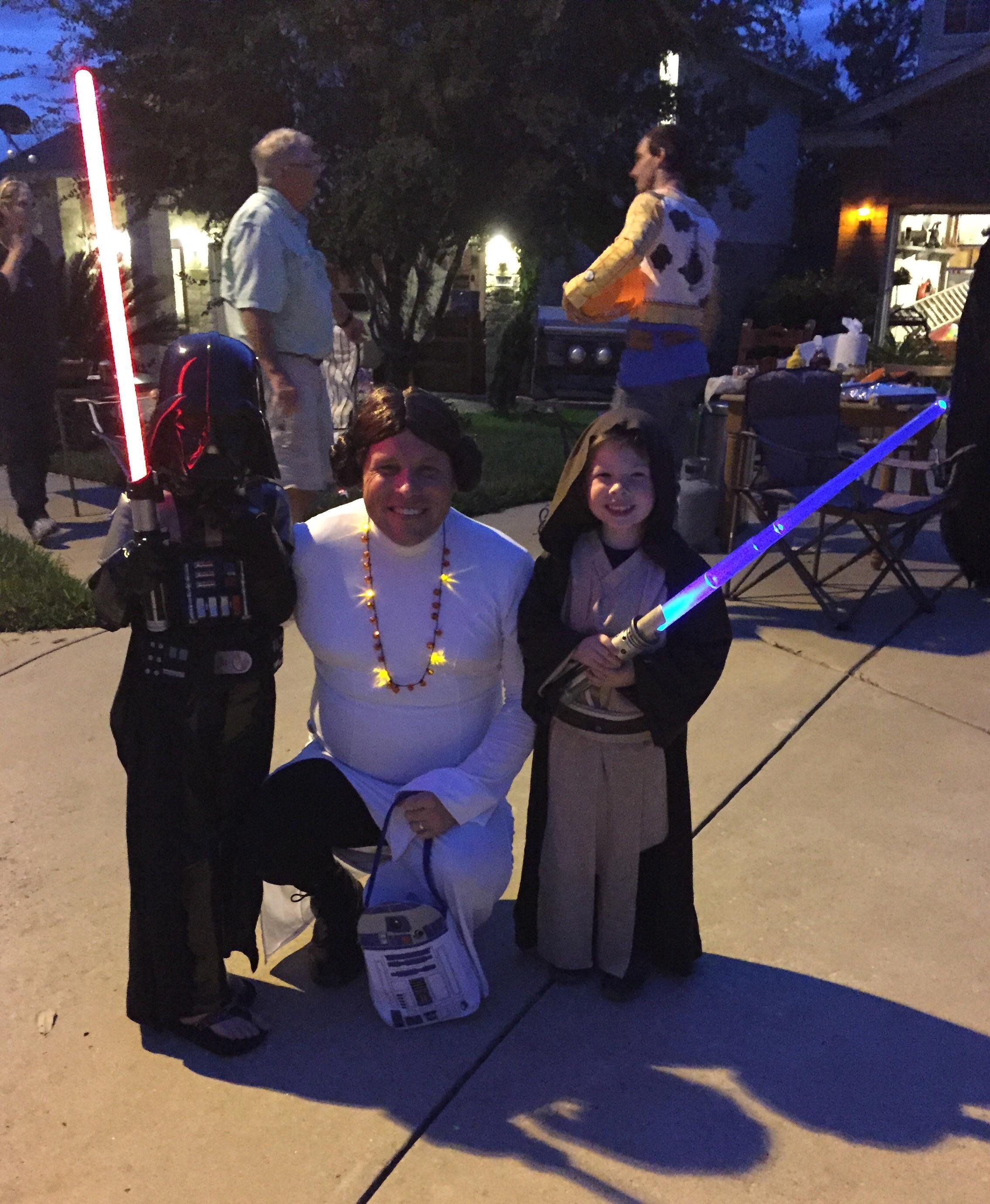 La madre estuvo enferma y los pequeños querían estar con la Princesa Leia. Blue_ridge1 se puso el disfraz, con peinado incluido