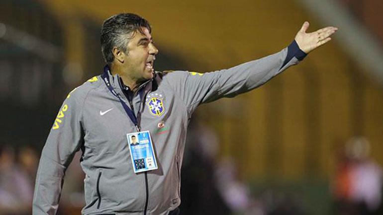 Alexandre Gallo le dio indicaciones a sus futbolistas pese a estar suspendido