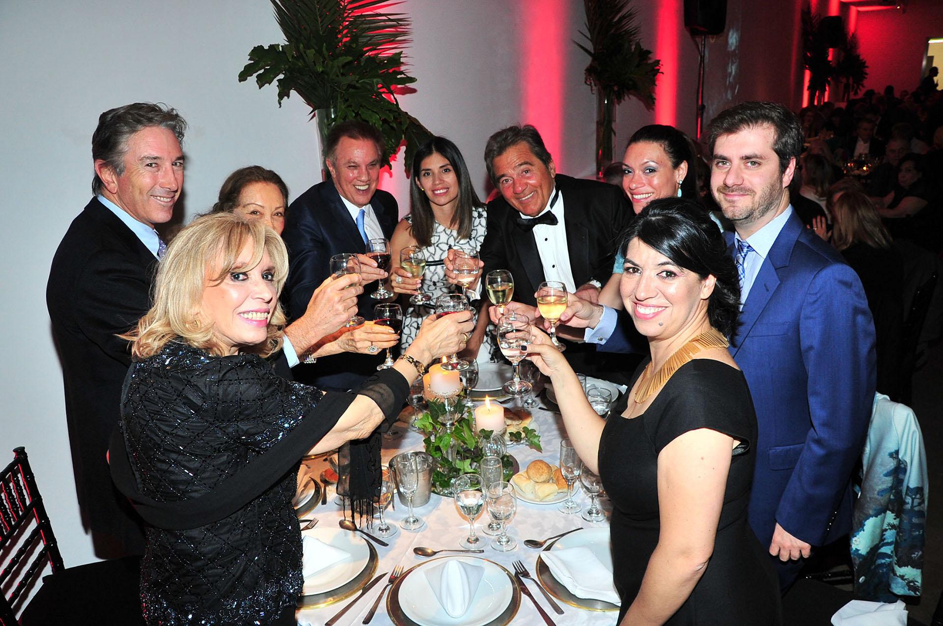 El brindis en la mesa principal entre los integrantes de la familia Roemmers, Lido González Noguera y las autoridades del Museo Eduardo Sívori
