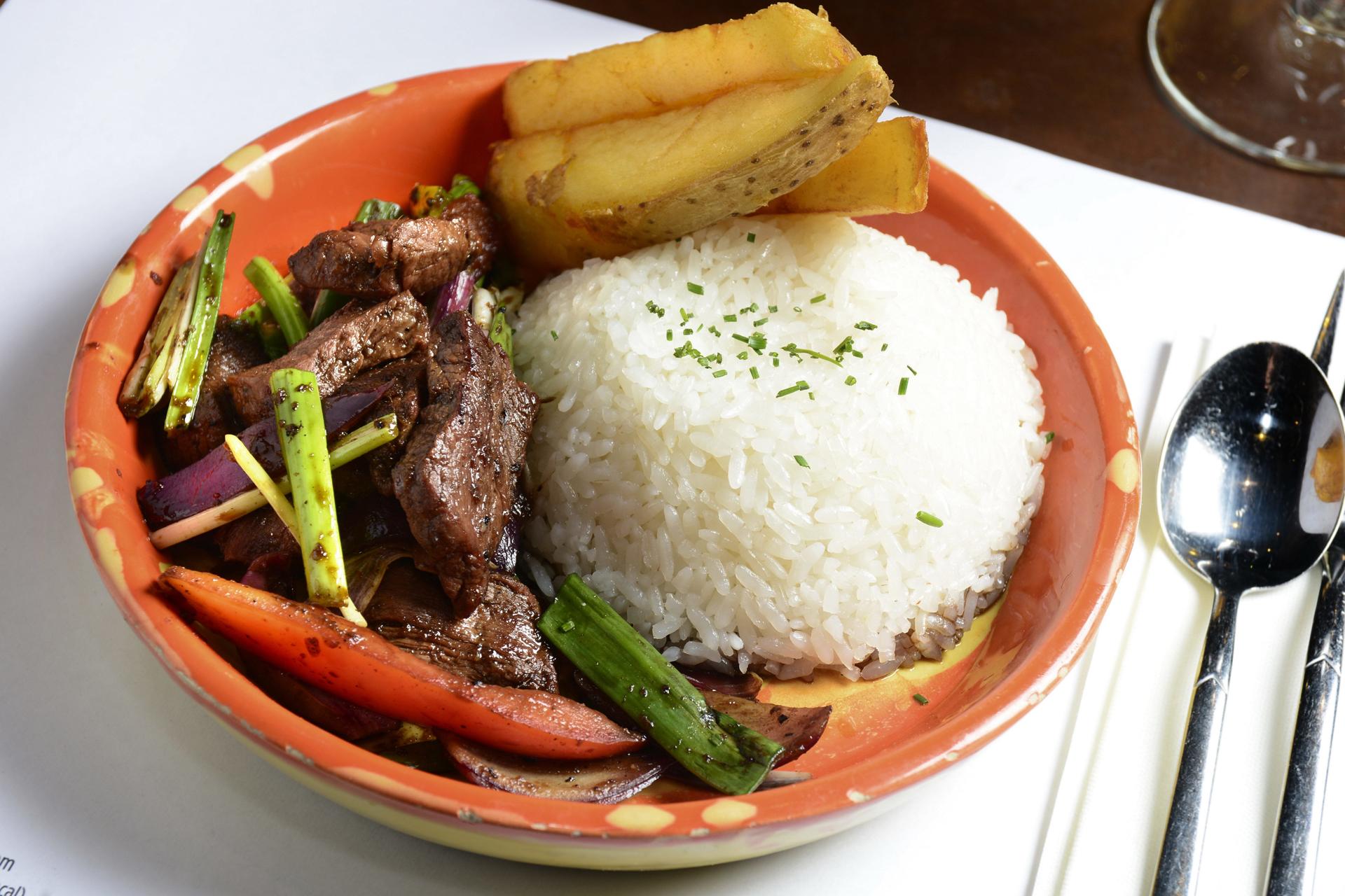 Arroz, papas y lomo, un plato que sirven en la cocina de La Causa Nikkei