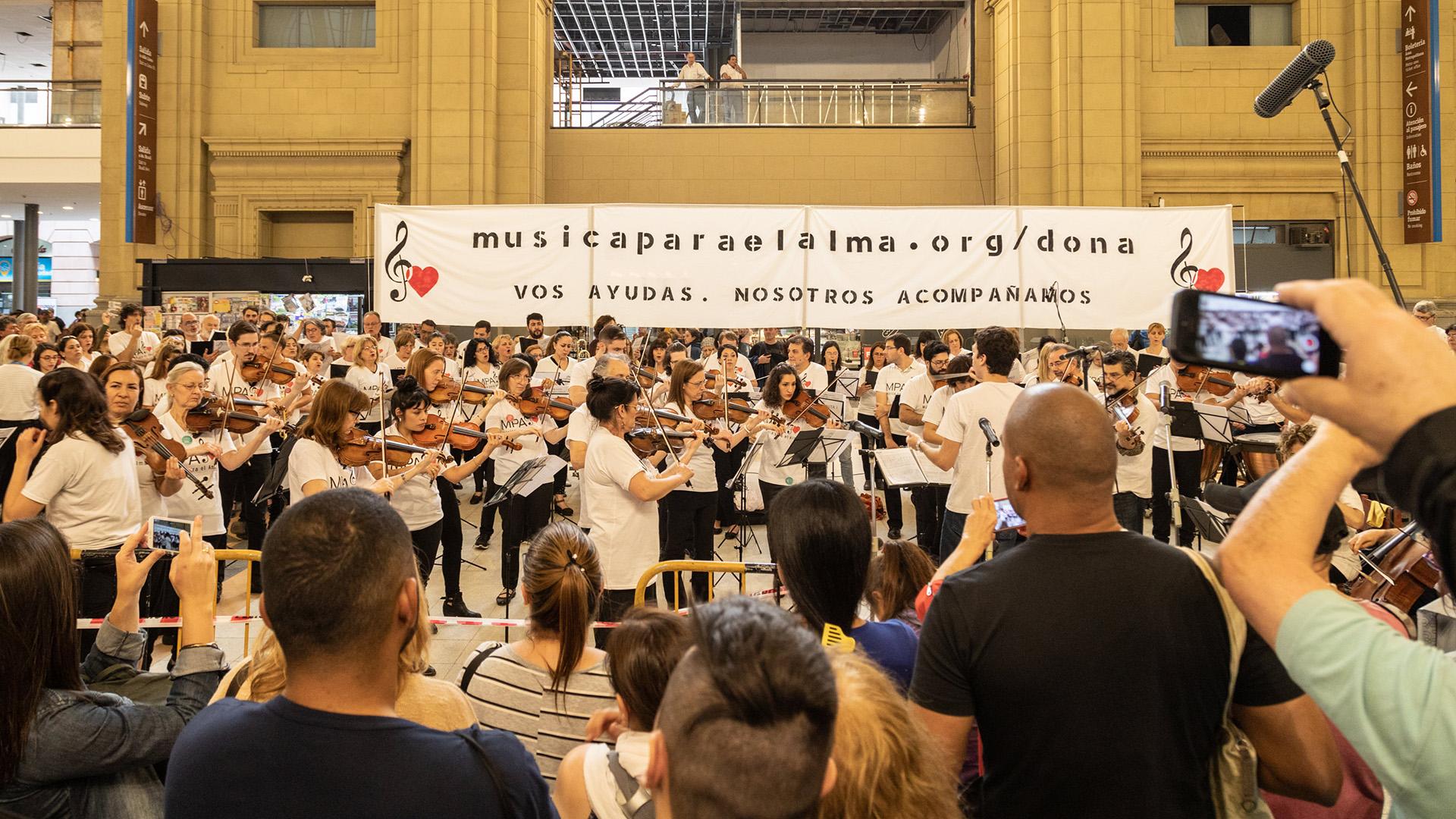 Música Para el Alma realizó un concierto sinfónico coral gratuito con más de 100 artistas en el hall de la estación Constitución - Infobae