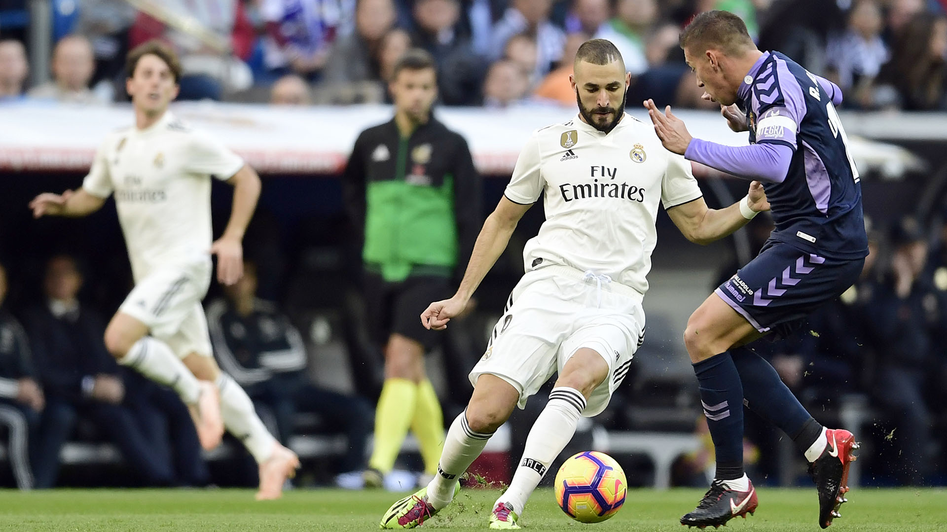 Real Madrid's French forward Karim Benzema (L) vies with Real Valladolid's Spanish midfielder Ruben Alcaraz during the Spanish league football match between Real Madrid CF and Real Valladolid FC at the Santiago Bernabeu stadium in Madrid on November 3, 2018. (Photo by JAVIER SORIANO / AFP)
