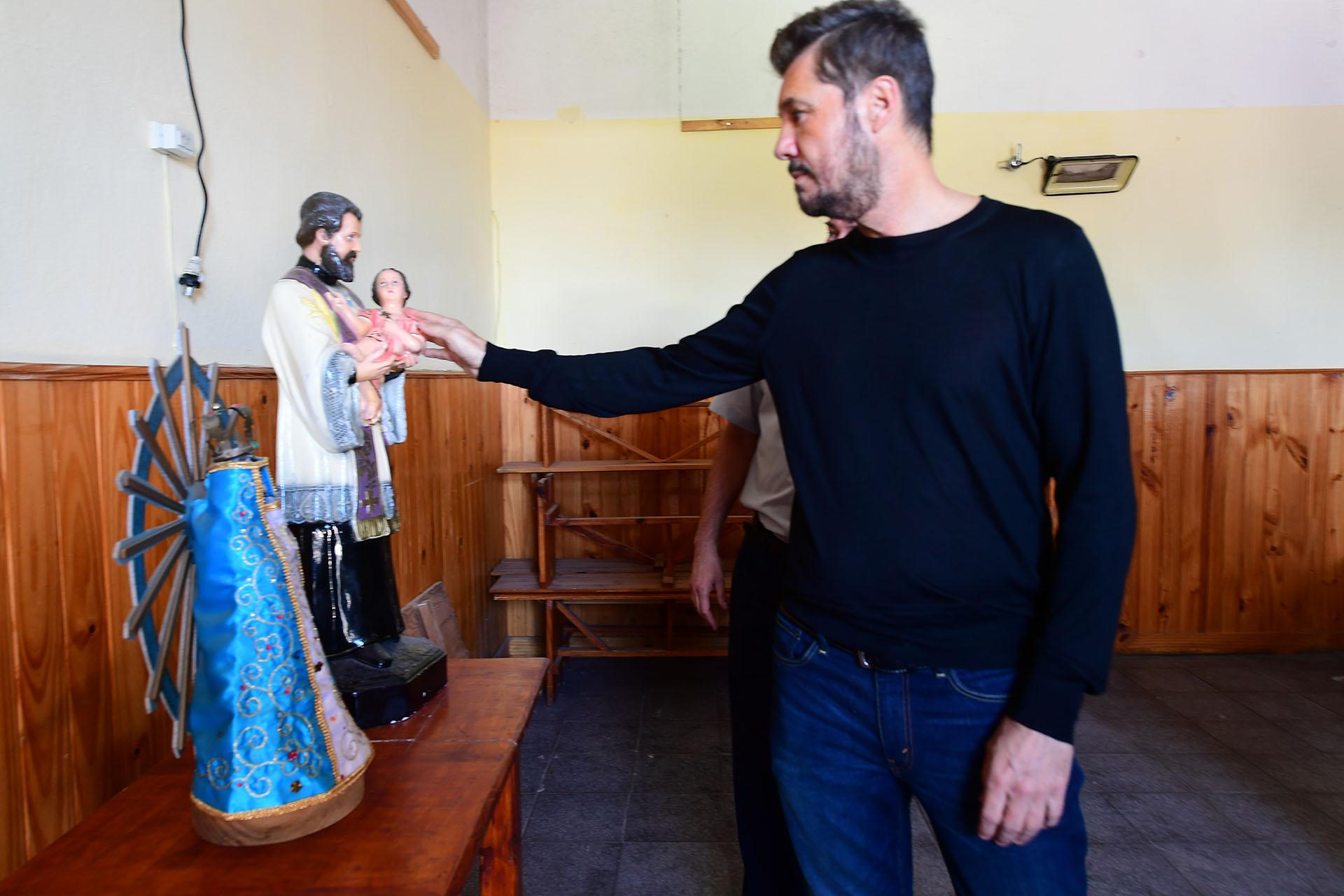 Marcelo Tinelli pasó por el Centro Misionero Catequisitico San Cayetano, una pequeña capilla ubicada al lado del comedor, y se emocionó al ver las figuras de San Cayetano y la Virgen de Luján