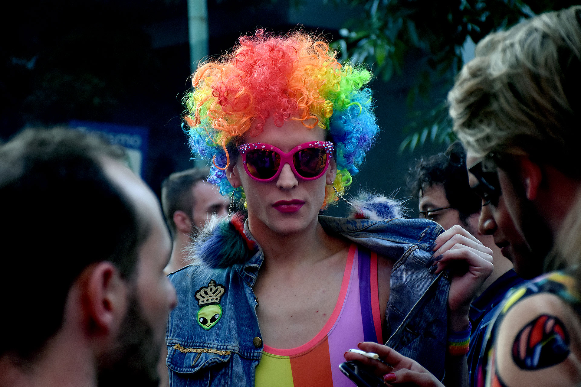 Muchos de los asistentes estaban lookeados y vestidos con los colores de la bandera LGBTIQ