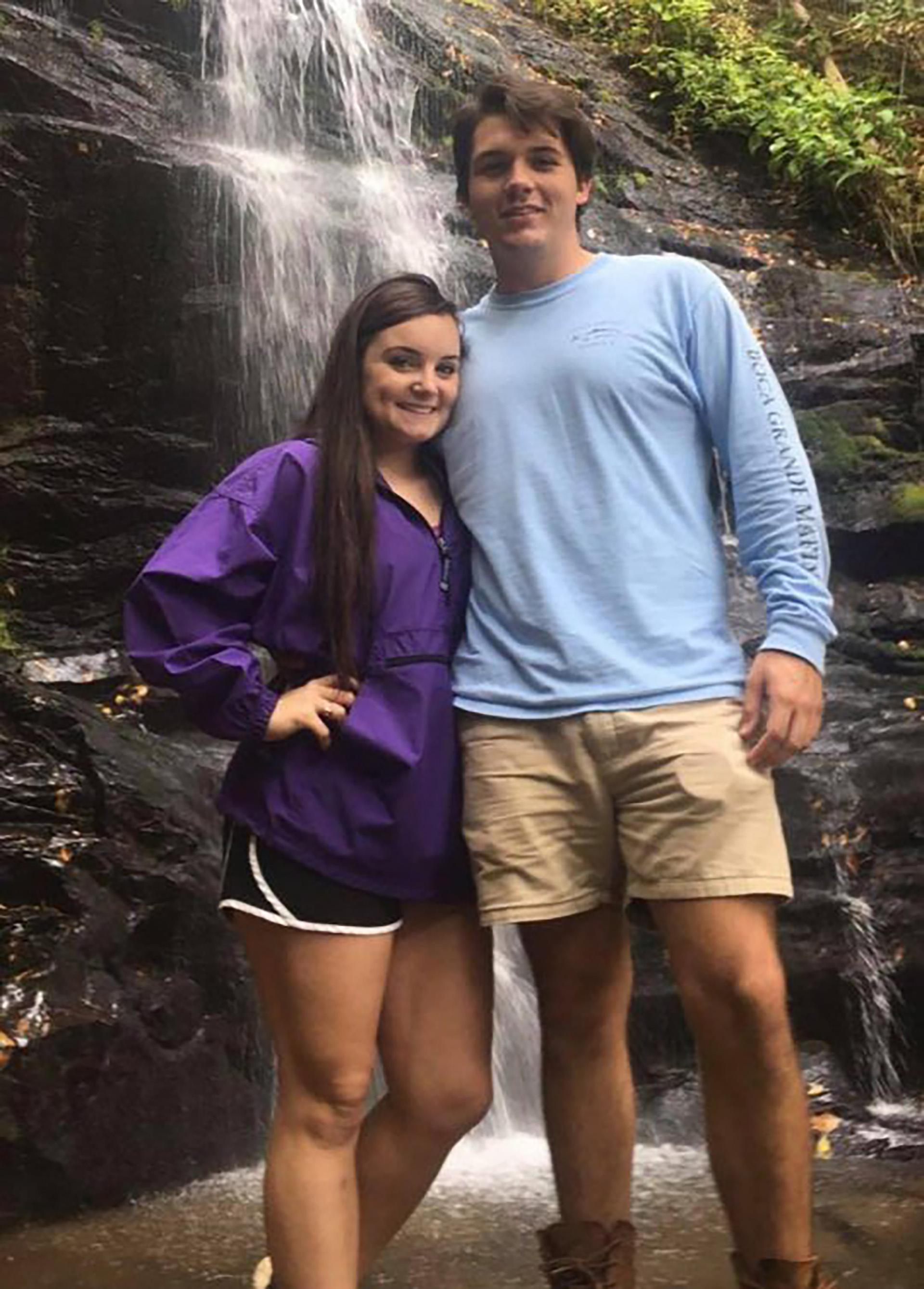 Kayla Hayes y Seth Aaron Fleury en una excursión antes de la agresión (Foto: especial)