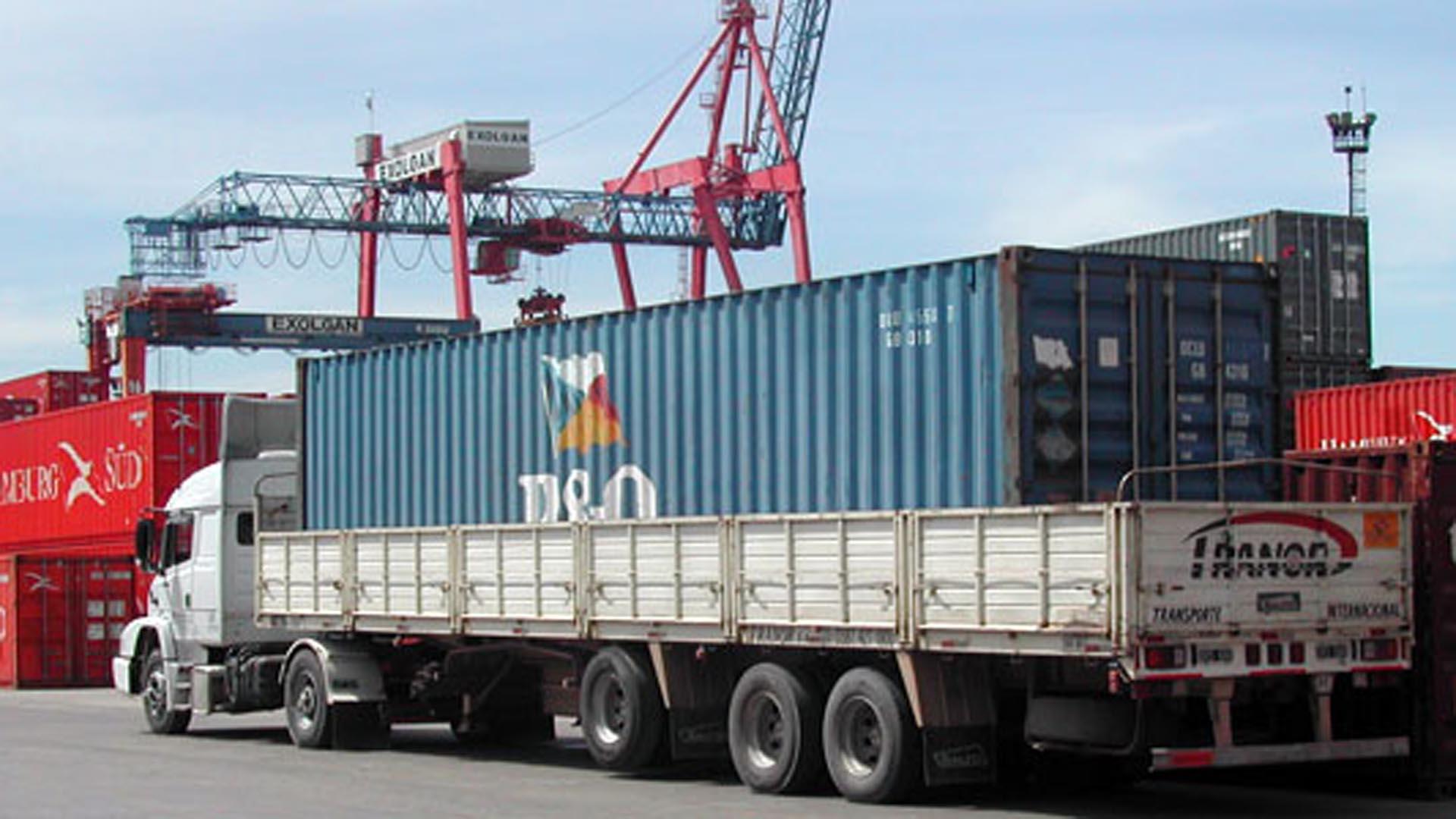 El dólar y las subas del combustible jaquean al transporte de carga, quienes reclamaron medidas al gobierno.