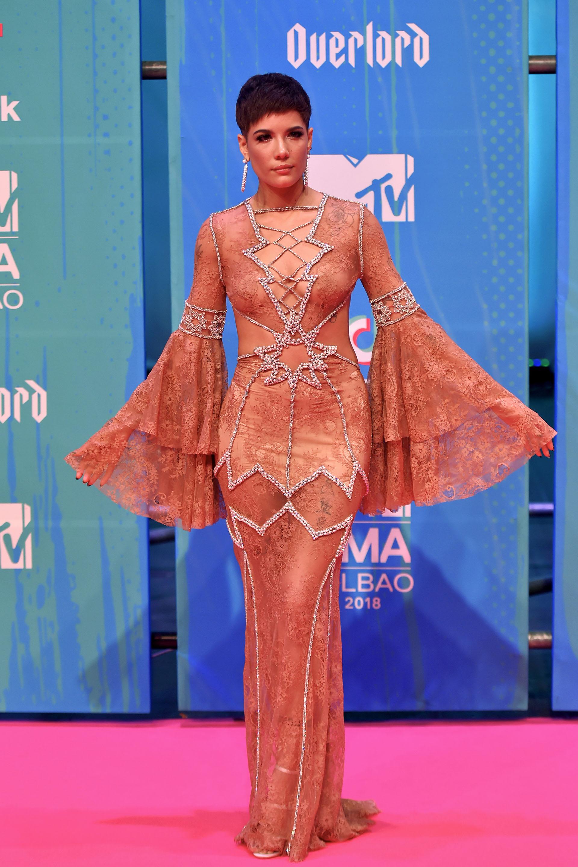 La cantante Halsey posa en la alfombra rosa de los MTV Europe Music Awards 2018