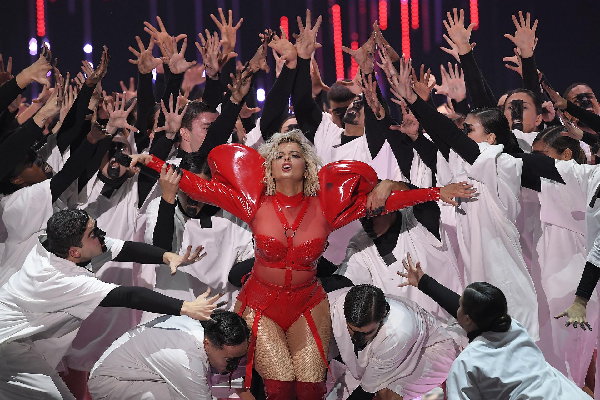 La cantante estadounidense Bebe Rexha en pleno show en los premios MTV 2018