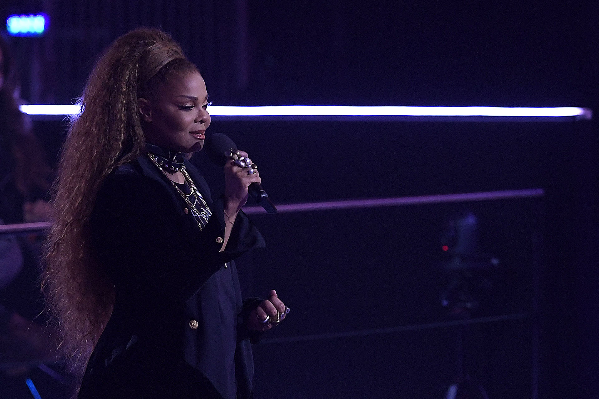 """Janet Jackson recibió el premio Global Icon y pronunció un emotivo discurso para apoyar a las mujeres que han sido """"amordazadas y maltratadas"""" y promovió la igualdad de género"""