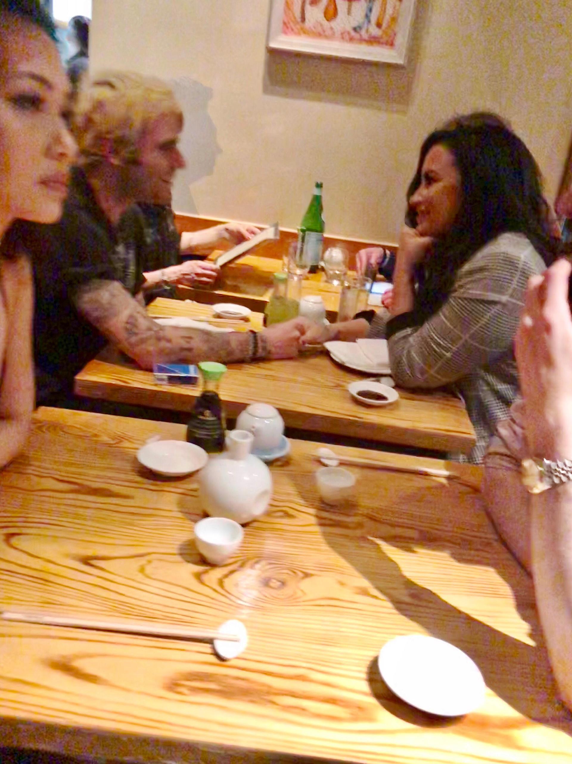 La pareja se mostró sonriente mientras cenaba en un restaurante de Los Ángeles (The Grosby Group)