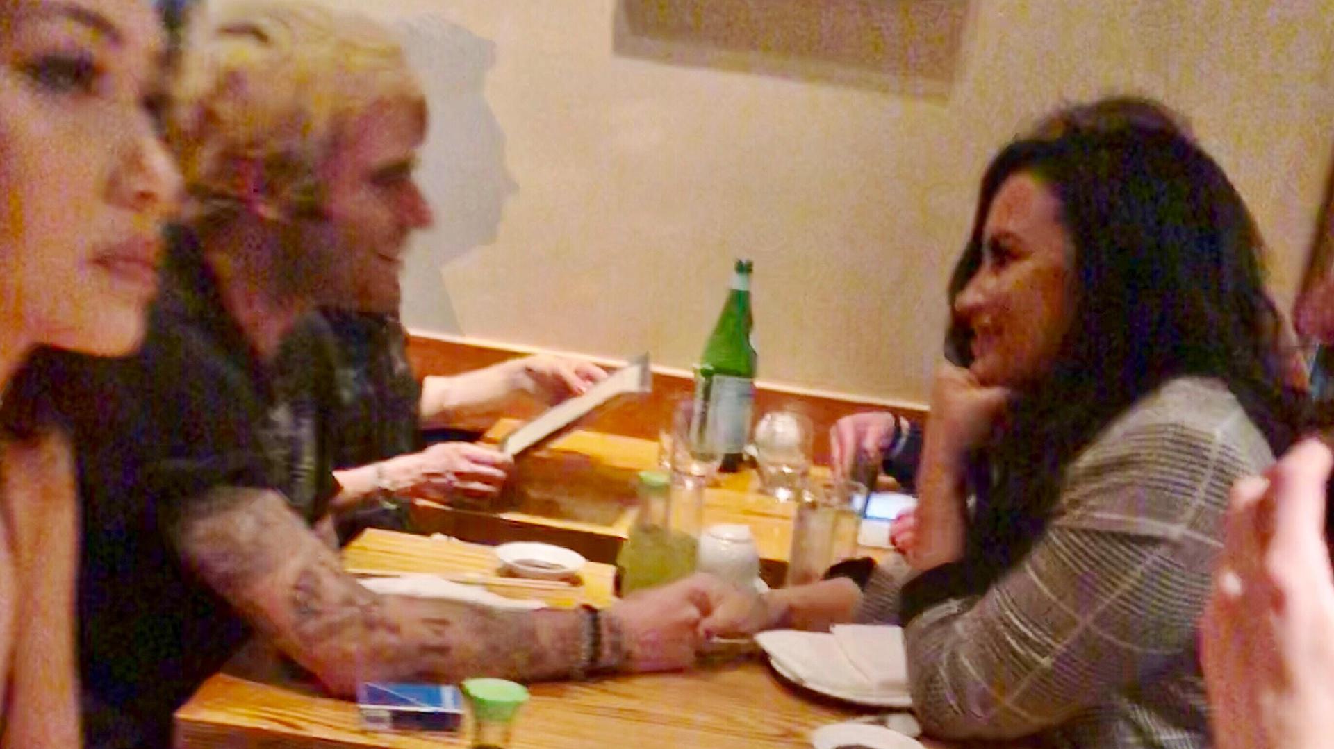 Demi Lovato compartió una cena romántica con el diseñador de ropa Henry Levy en Los Ángeles (The Grosby Group)