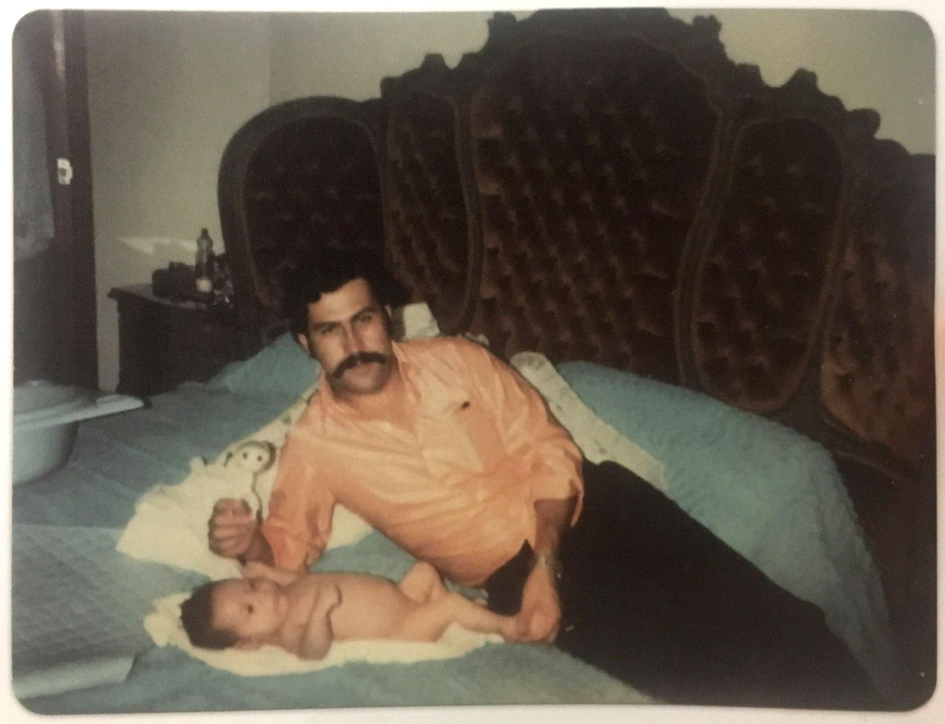 1977. Pablo Emilio Escobar Gaviria junto a un recién nacido Juan Pablo Escobar Henao, el hijo que el capo narco tuvo con su esposa Victoria Eugenia Henao (Victoria Eugenia Henao / Editorial Planeta)