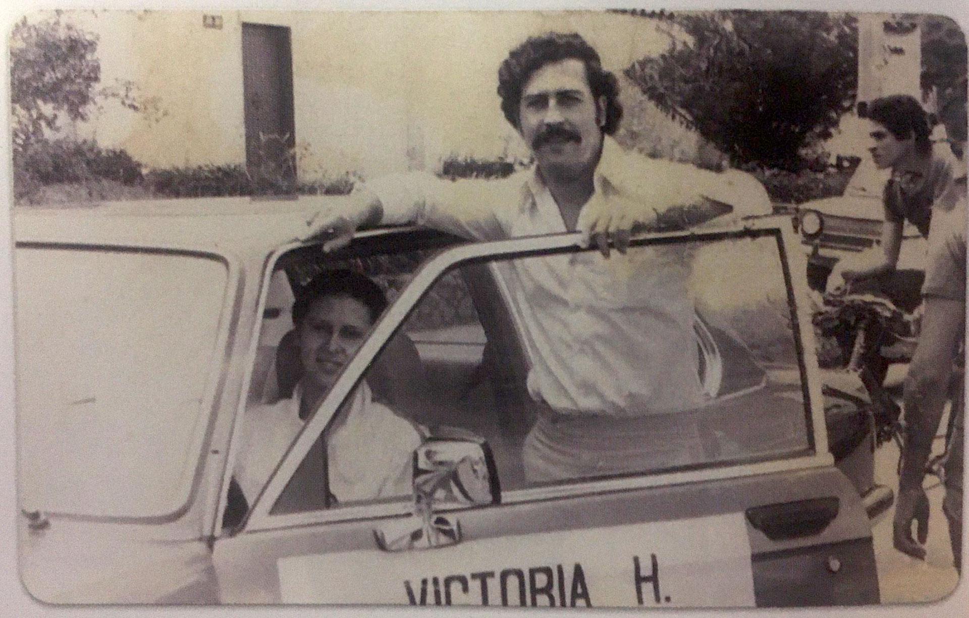 Pablo Escobar quería que su esposa Victoria Eugenia Henao fuera piloto de automovilismo. Aquí en uno que lleva su nombre. La viuda tenía apenas 20 años (Victoria Eugenia Henao / Editorial Planeta)